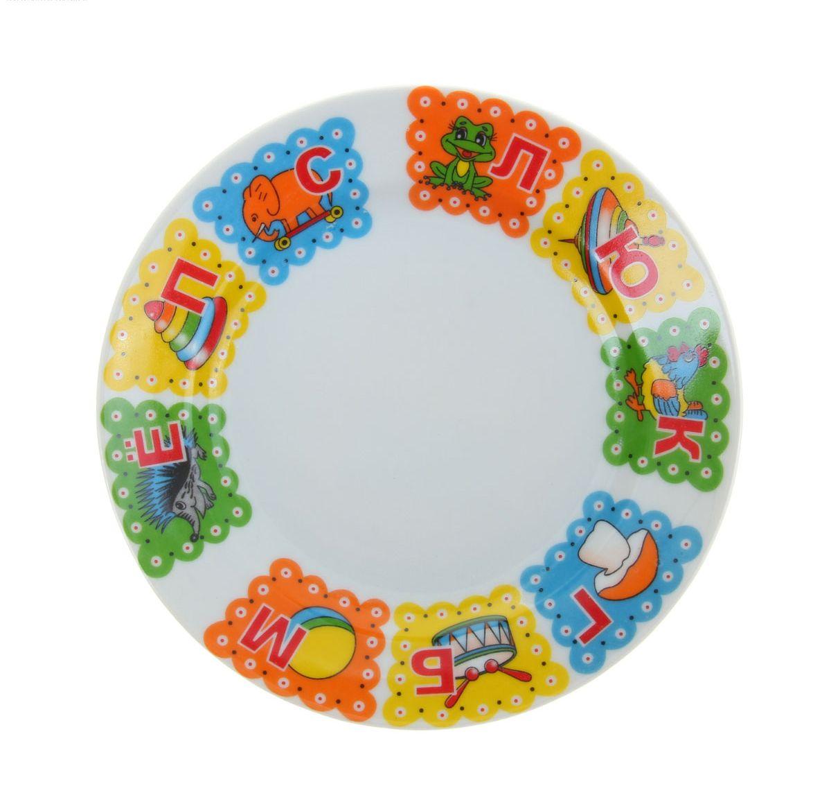 Тарелка мелкая Добрушский фарфоровый завод Идиллия. Азбука, диаметр 17 см1035478Мелкая тарелка Идиллия. Азбука выполнена из высококачественного фарфора и украшена ярким рисунком. Она прекрасно впишется в интерьер вашей кухни и станет достойным дополнением к кухонному инвентарю. Тарелка Голубка. Глория подчеркнет прекрасный вкус хозяйки и станет отличным подарком.