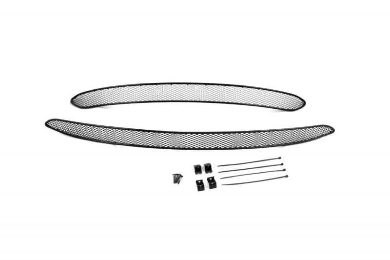 Сетка для защиты радиатора Novline-Autofamily, для Chery Tiggo 5 2015-, 2 шт01-080115-151В отличие от универсальных сеток, данный продукт разрабатывается индивидуально под каждый бампер автомобиля. Внешняя защитная сетка радиатора полностью повторяет геометрию решетки бампера и гармонично вписывается в общий стиль автомобиля. При создании продукта мы учли как потребности автомобилистов, для которых важна исключительно защитная функция, так и автолюбителей, которые ищут способы подчеркнуть или создать новый стиль своего авто. Функциональность, тюнинг, или и то, и другое? Выбор только за вами. Сетка для защиты радиатора изготовлена из антикоррозионного материала, что гарантирует отсутствие ржавчины в процессе эксплуатации. Простая установка делает этот продукт необыкновенно удобным. В отличие от универсальных сеток, для установки которых требуется снятие бампера, то есть наличие специализированных навыков и дополнительного оборудования (подъемник и так далее), для установки этого продукта понадобится 20 минут времени и отвертка.