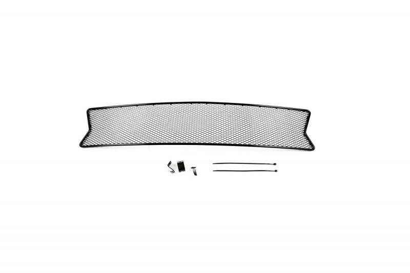Сетка для защиты радиатора Novline-Autofamily, для Renault Sandero 2014-01-430514-15BВ отличие от универсальных сеток, данный продукт разрабатывается индивидуально под каждый бампер автомобиля. Внешняя защитная сетка радиатора полностью повторяет геометрию решетки бампера и гармонично вписывается в общий стиль автомобиля. При создании продукта были учтены как потребности автомобилистов, для которых важна исключительно защитная функция, так и автолюбителей, которые ищут способы подчеркнуть или создать новый стиль своего авто. Функциональность, тюнинг, или и то, и другое? Выбор только за вами. Сетка для защиты радиатора изготовлена из антикоррозионного материала, что гарантирует отсутствие ржавчины в процессе эксплуатации. Простая установка делает этот продукт необыкновенно удобным. В отличие от универсальных сеток, для установки которых требуется снятие бампера, то есть наличие специализированных навыков и дополнительного оборудования (подъемник и так далее), для установки этого продукта понадобится 20 минут времени и отвертка.