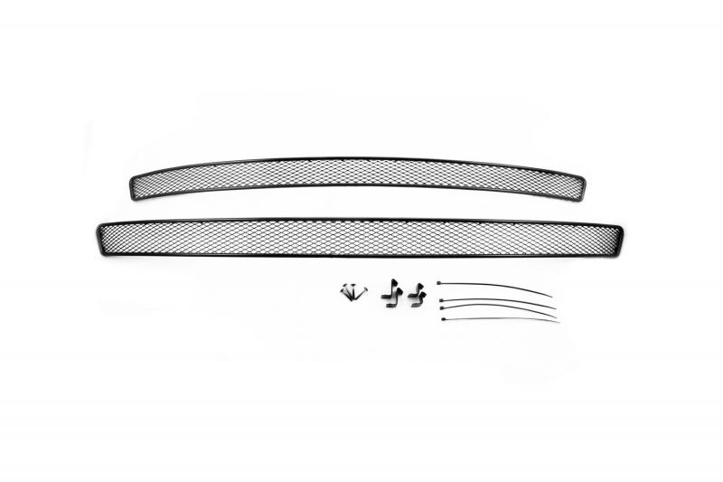 Сетка для защиты радиатора Novline-Autofamily, внешняя, для Skoda Octavia A7 (2014-), с противотуманными фонарями, 2 шт01-470814-151Сетка для защиты радиатора Novline-Autofamily изготовлена из антикоррозионного материала, что гарантирует отсутствие ржавчины в процессе эксплуатации. Изделие устанавливается на штатную решетку переднего бампера автомобиля, защищая таким образом радиатор от попадания камней, крупных насекомых, мелких птиц. Простая установка делает это изделие необыкновенно удобным. В отличие от универсальных сеток, для установки которых требуется снятие бампера, то есть наличие специализированных навыков и дополнительного оборудования (подъемник и так далее), для установки этой сетки понадобится 20 минут времени и отвертка. Данный продукт разработан индивидуально под каждый бампер автомобиля. Внешняя защитная сетка радиатора полностью повторяет геометрию решетки бампера и гармонично вписывается в общий стиль автомобиля.Комплектация: 2 шт.
