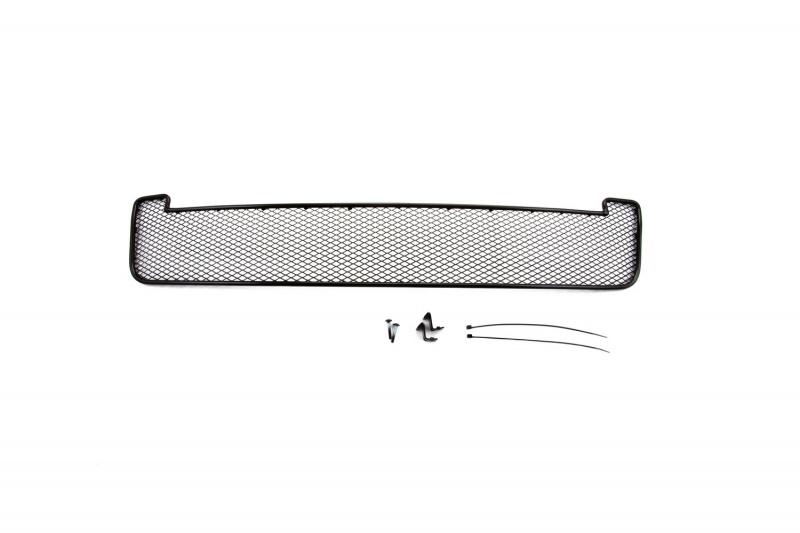 Сетка на бампер внешняя Novline-Autofamily, для SKODA Yeti Outdoor 2014->, с противотуманными фонарями01-471014-151В отличие от универсальных сеток, данный продукт разрабатывается индивидуально под каждый бампер автомобиля. Внешняя защитная сетка радиатора полностью повторяет геометрию решетки бампера и гармонично вписывается в общий стиль автомобиля. При создании продукта мы учли как потребности автомобилистов, для которых важна исключительно защитная функция, так и автолюбителей, которые ищут способы подчеркнуть или создать новый стиль своего авто. Функциональность, тюнинг, или и то, и другое? Выбор только за вами. Сетка для защиты радиатора изготовлена из антикоррозионного материала, что гарантирует отсутствие ржавчины в процессе эксплуатации. Простая установка делает этот продукт необыкновенно удобным. В отличие от универсальных сеток, для установки которых требуется снятие бампера, то есть наличие специализированных навыков и дополнительного оборудования (подъемник и так далее), для установки этого продукта понадобится 20 минут времени и отвертка.