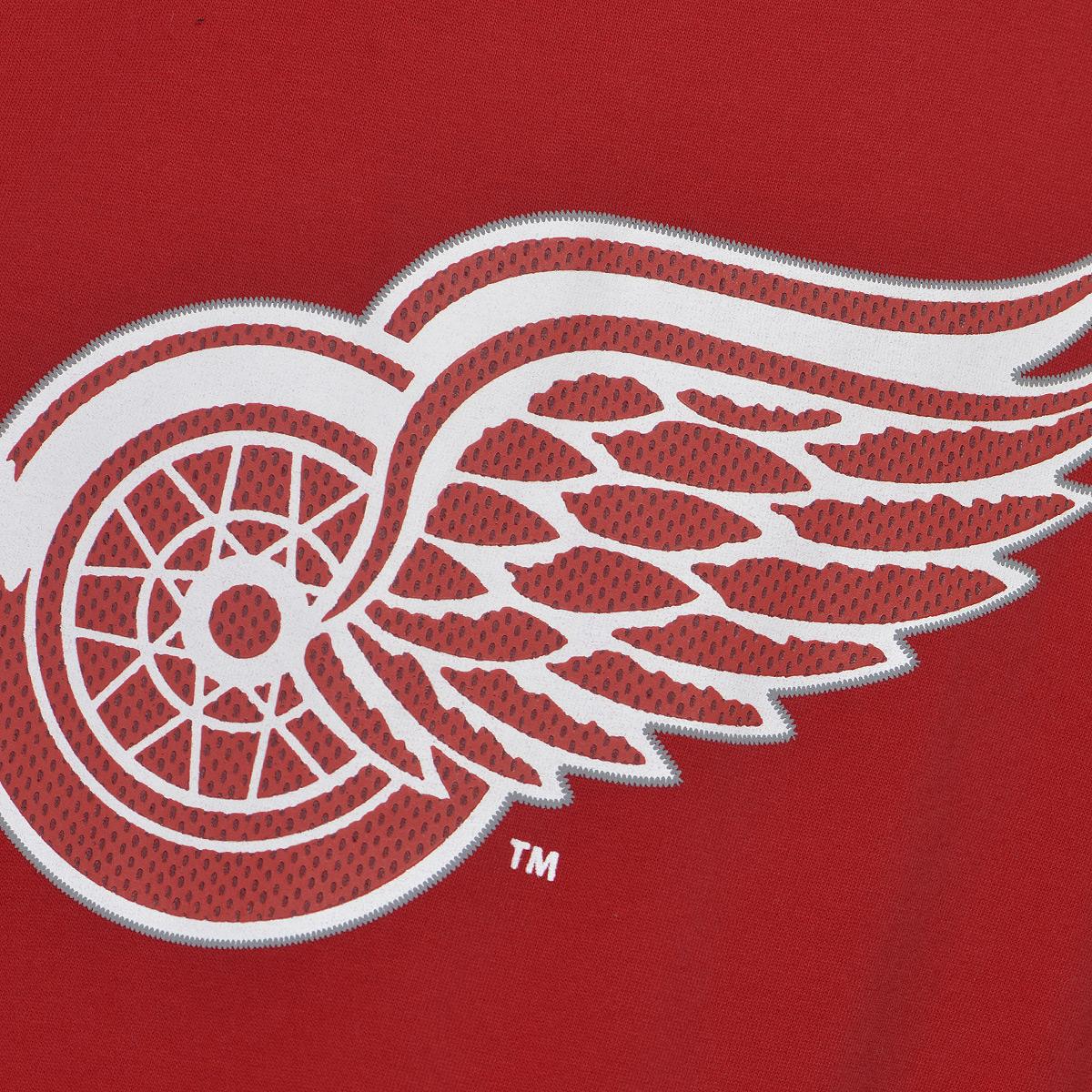 """Мужская футболка NHL Detroit Red Wings, выполненная из натурального хлопка, порадует любого поклонниказнаменитого хоккейного клуба. Материал очень мягкий и приятный на ощупь, не сковывает движения ипозволяет коже """"дышать"""". Футболка с короткими рукавами имеет круглый вырез горловины, дополненный трикотажной резинкой.Изделие оформлено термоаппликацией в виде эмблемы хоккейного клуба """"Detroit Red Wings"""", а также украшенонебольшой текстильной нашивкой.Такая модель отлично подойдет для повседневной носки и подарит вам комфорт в течение всего дня!   УВАЖАЕМЫЕ КЛИЕНТЫ!   Обращаем ваше внимание на возможные незначительные изменения в дизайне нашивки."""