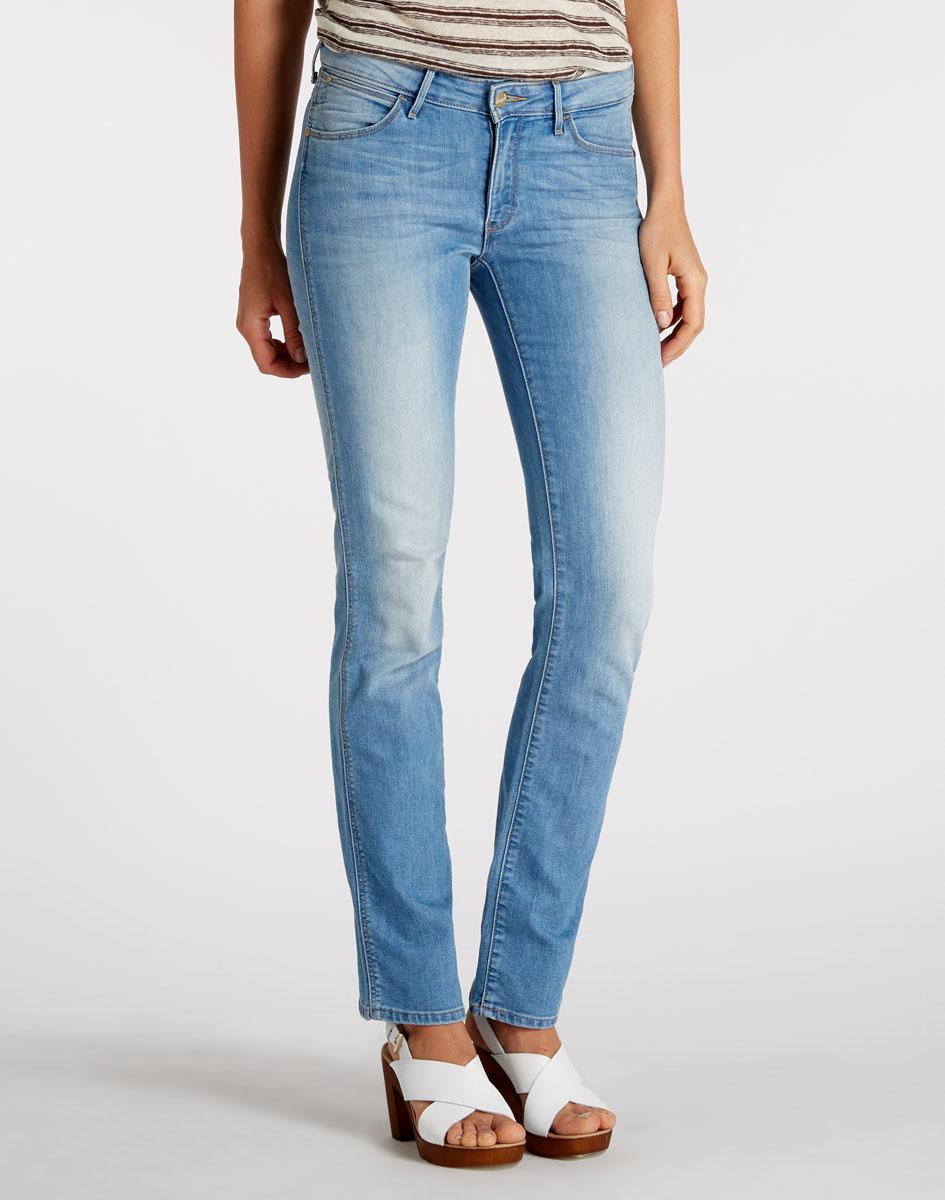 Джинсы женские Wrangler Sara Narrow, цвет: синий. W25ZZS64J. Размер 29-34 (44/46-34)W25ZZS64JСтильные женские джинсы Wrangler - это джинсы высочайшего качества, которые прекрасно сидят. Они выполнены из высококачественного хлопка с добавлением эластомультиэстера, что обеспечивает комфорт и удобство при носке. Модные джинсы прямого немного зауженного кроя стандартной посадки станут отличным дополнением к вашему современному образу. Джинсы застегиваются на пуговицу в поясе и ширинку на застежке-молнии, имеются шлевки для ремня. Джинсы имеют классический пятикарманный крой: спереди модель оформлена двумя втачными карманами и одним маленьким накладным кармашком, а сзади - двумя накладными карманами. Модель оформлена вышивкой на карманах сзади.Эти модные и в тоже время комфортные джинсы послужат отличным дополнением к вашему гардеробу.