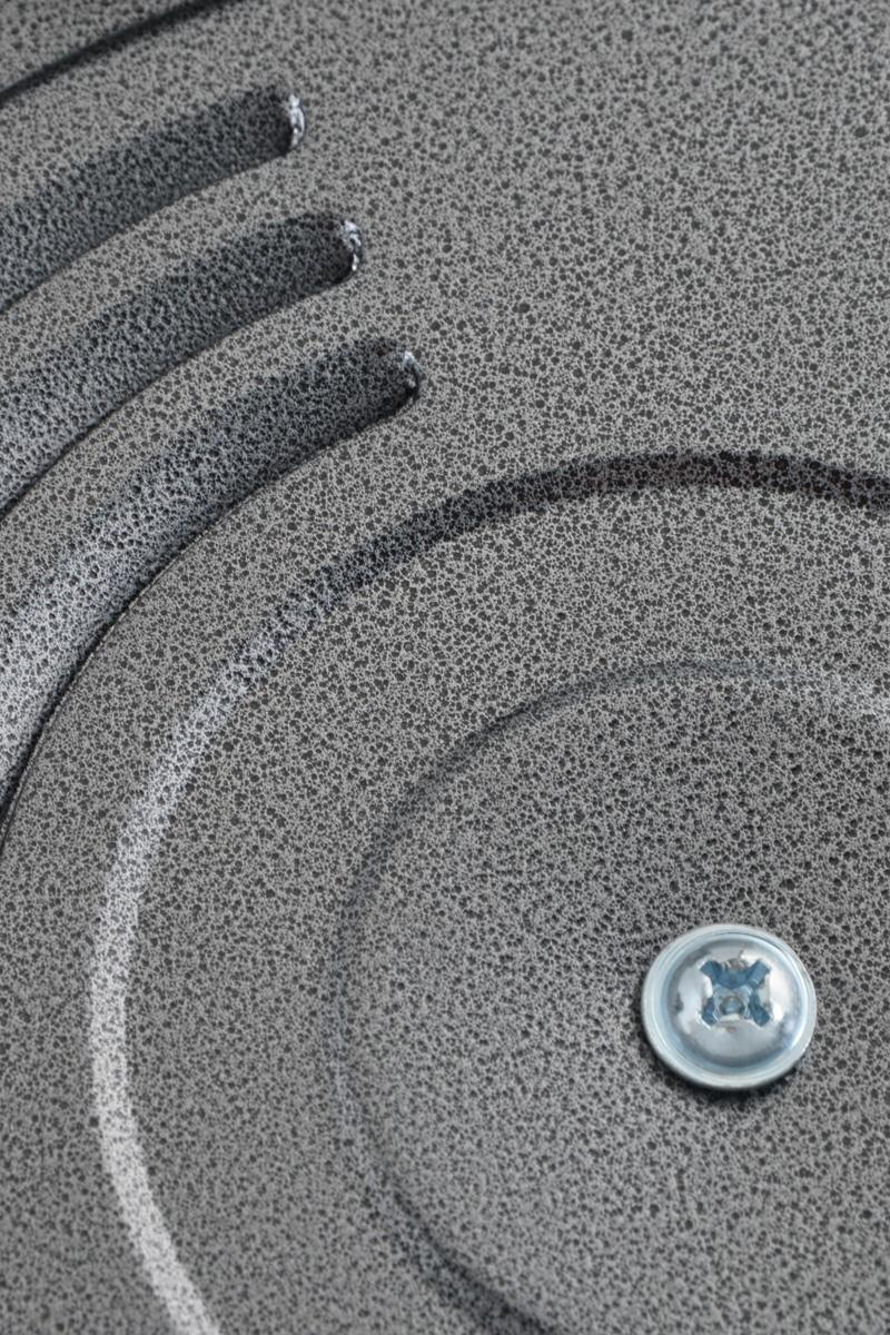 """Электрическая сковорода """"Добрыня"""" - это по- настоящему многофункциональное устройство.  Она отличается от обычной сковороды тем, что  ее не нужно ставить на плиту, а питается от  электричества, благодаря чему ее можно  разместить в любом месте. Сковорода  изготовлена из высококачественного литого  алюминия. Утолщенное дно обеспечивает  равномерное распределение тепла. Изделие не  содержит кадмия и свинца, а также вредной  примеси PFOA, оно абсолютно экологично и  безопасно для здоровья.  Алюминий прекрасно распределяет и  удерживает тепло, что позволяет экономить  электроэнергию и готовить  пищу быстрее.  Электрическая сковорода оснащена  нагревательным элементом, который  находится  снизу, благодаря чему отлично подходит  для жарки, тушения, варки и даже просто  подогрева.  Изделие снабжена терморегулятором, что  позволяет устанавливать нужную температуру и  ее поддержания.  Сковорода имеет стеклянную крышку с  бакелитовой  ручкой, которая позволяет следить за процессом  приготовления блюд.  Компактность, простота в уходе, экономия  времени, надежность, удобство в использовании  - все это сделает процесс готовки максимально  приятным и порадует даже самых искушенных  кулинаров.  Диаметр сковороды (по внешнему краю): 32 см.   Диаметр сковороды (по внутреннему краю): 30  см. Высота стенки: 9 см.  Ширина сковороды (с учетом ручек): 40 см.  Номинальная потребляемая мощность: 1500 Вт.  Напряжение: 220 - 240 Вт. Частота: 50 Гц. Максимальная температура нагрева: 240°С."""