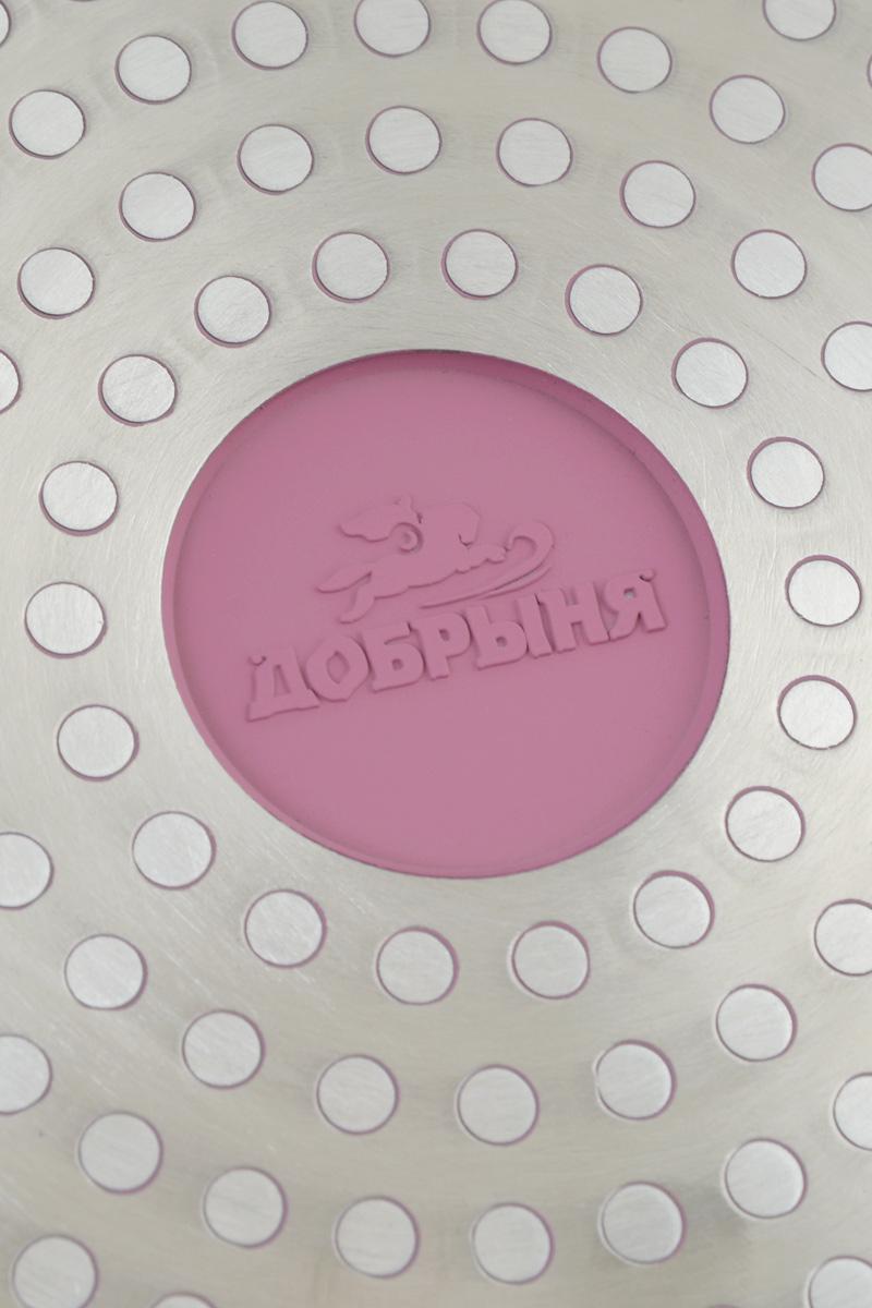 """Сковорода Добрыня """"Идальго"""" изготовлена из литого алюминия с трехслойным керамическим покрытием. Благодаря утолщенному дну, посуда быстро и равномерно распределяет тепло и экономит время при приготовлении. Экологически безопасное покрытие не содержит PFOA, PTFE, примесей кадмия и свинца. Кроме того, пища не пригорает и не прилипает к стенкам, поэтому можно готовить с минимальным добавлением масла и жиров. Изделие оснащено удобной пластиковой ручкой. Крышка изготовлена из жаростойкого стекла и оснащена отверстием для выхода пара. Она плотно прилегает к краю кастрюли, сохраняя аромат блюд. Подходит для всех типов плит, включая индукционных. Можно мыть в посудомоечной машине. Диаметр сковороды (по верхнему краю): 24 см.Высота стенки: 6,5 см.Длина ручки: 21 см.Диаметр индукционного диска: 17 см."""