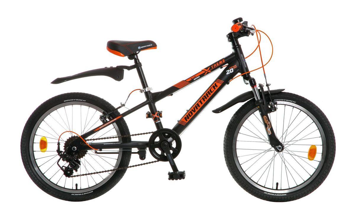 Велосипед детский Novatrack Extreme, цвет: черный, оранжевый, 2020AH7V.EXTREME.BK5Novatrack Extreme – это безопасный и надежный велосипед для мальчиков 7-10 лет, который поможет освоить азы катания на скоростном велосипеде. 20 дюймовые колеса уже отличают эту модель от велосипедов, на которых катаются дошколята. Велосипед оснащен 7-скоростной системой переключения передач, амортизационной вилкой, передним ручным тормозом, регулируемым сидением и рулем, для обеспечения удобной посадки. Велосипед достаточно легкий, поэтому ребенок сможет самостоятельно его транспортировать из дома во двор. Novatrack Extreme предназначен для активной езды и готов к любым испытаниям на детской площадке, в парке и других местах, пригодных для катания.
