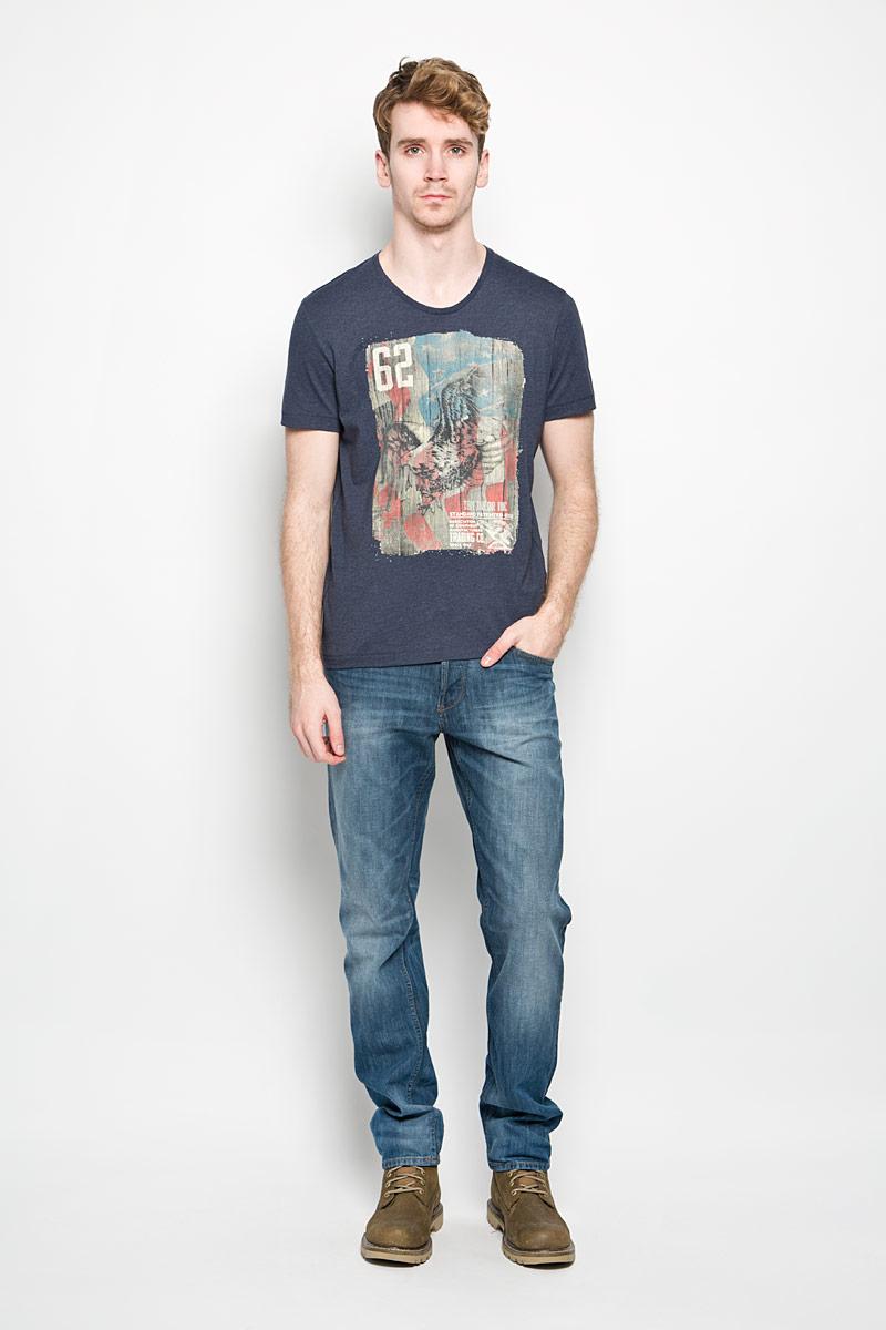 Футболка мужская Tom Tailor, цвет: темно-синий. 1034347.62.10_6593. Размер L (50)1034347.62.10_6593Стильная мужская футболка Tom Tailor выполнена из натурального хлопка. Материал очень мягкий и приятный на ощупь, обладает высокой воздухопроницаемостью и гигроскопичностью, позволяет коже дышать. Модель прямого кроя с круглым вырезом горловины и короткими рукавами. Горловина обработана трикотажной резинкой, которая предотвращает деформацию после стирки и во время носки. Боковые швы оформлены оригинальной прострочкой. Футболка спереди дополнена оригинальным принтом. Такая модель подарит вам комфорт в течение всего дня и послужит замечательным дополнением к вашему гардеробу.