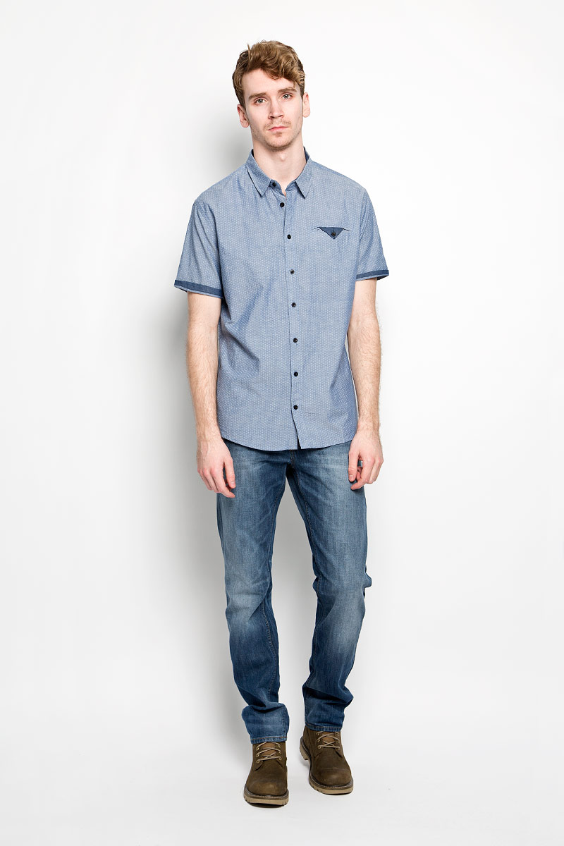 Рубашка мужская Sela, цвет: джинсовый. Hs-212/688-6123. Размер 41 (48)Hs-212/688-6123Мужская рубашка Sela, выполненная из натурального хлопка, идеально дополнит ваш образ. Материал мягкий и приятный на ощупь, не сковывает движения и позволяет коже дышать.Рубашка классического кроя с короткими рукавами и отложным воротником застегивается на пуговицы по всей длине. Низ изделия имеет округлую форму. На груди модель дополнена втачным карманом, который также застегивается на пуговицу.Такая модель будет дарить вам комфорт в течение всего дня и станет стильным дополнением к вашему гардеробу.