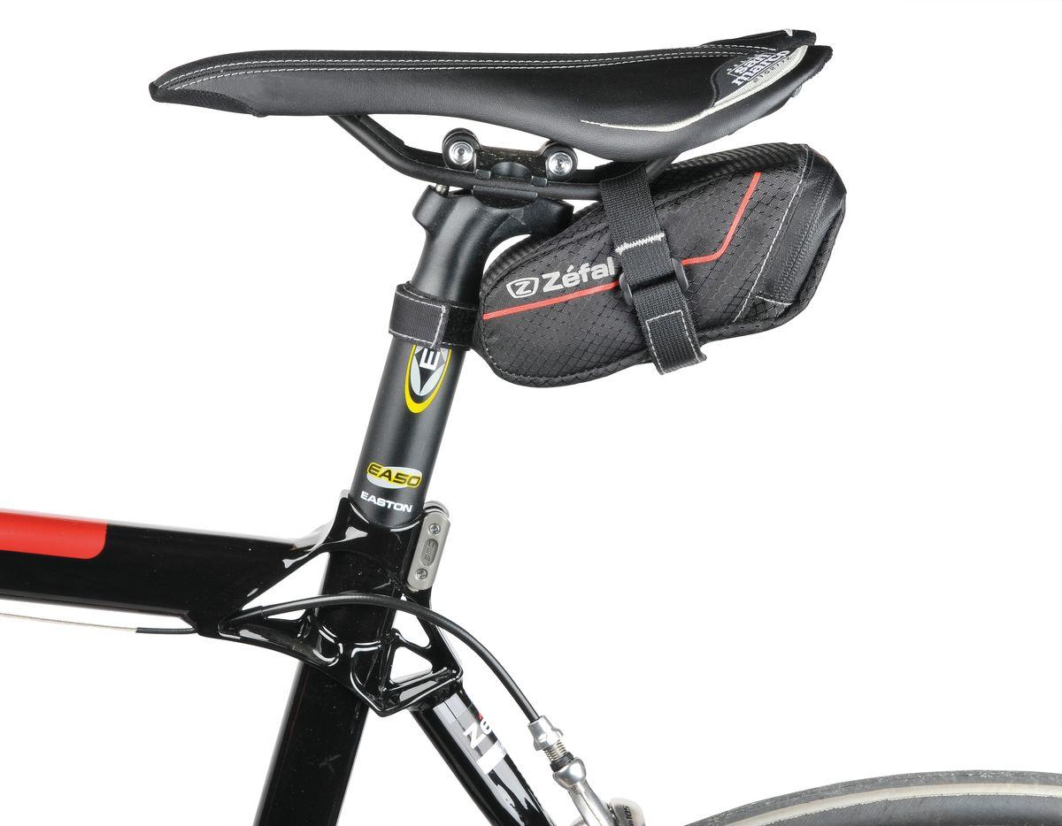"""Подседельная сумка для велосипеда Zefal """"Z Light Pack S"""" изготовлена из высококачественного текстиля (полиэстер). Прорезиненная молния   защиты от попадания влаги внутрь. Легкая и быстрая установка на подседельный штырь и рамки седла.   Zefal – старейший французский   производитель велосипедных аксессуаров премиального качества, основанный в 1880 году, является номером один на французском рынке   велосипедных аксессуаров.      Гид по велоаксессуарам. Статья OZON Гид"""
