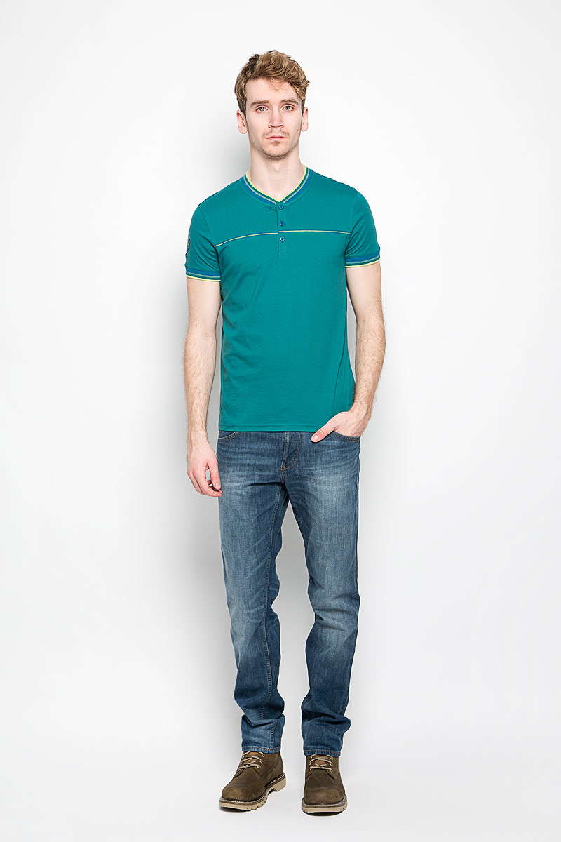 Футболка мужская BeGood The Game, цвет: синий, зеленый. BGUZ-615. Размер 50BGUZ-615Мужская футболка BeGood The Game, выполненная из натурального хлопка, идеально подойдет для повседневной носки. Материал изделия очень мягкий и приятный на ощупь, не сковывает движения и позволяет коже дышать.Футболка с V-образным вырезом горловины и короткими рукавами застегивается сверху на три пуговицы. Вырез горловины и рукава дополнены трикотажными резинками с контрастными полосками. Модель оформлена спереди прострочкой, украшена нашивкой на рукаве.Дизайн и расцветка делают эту футболку стильным предметом мужской одежды, она поможет создать отличный современный образ.