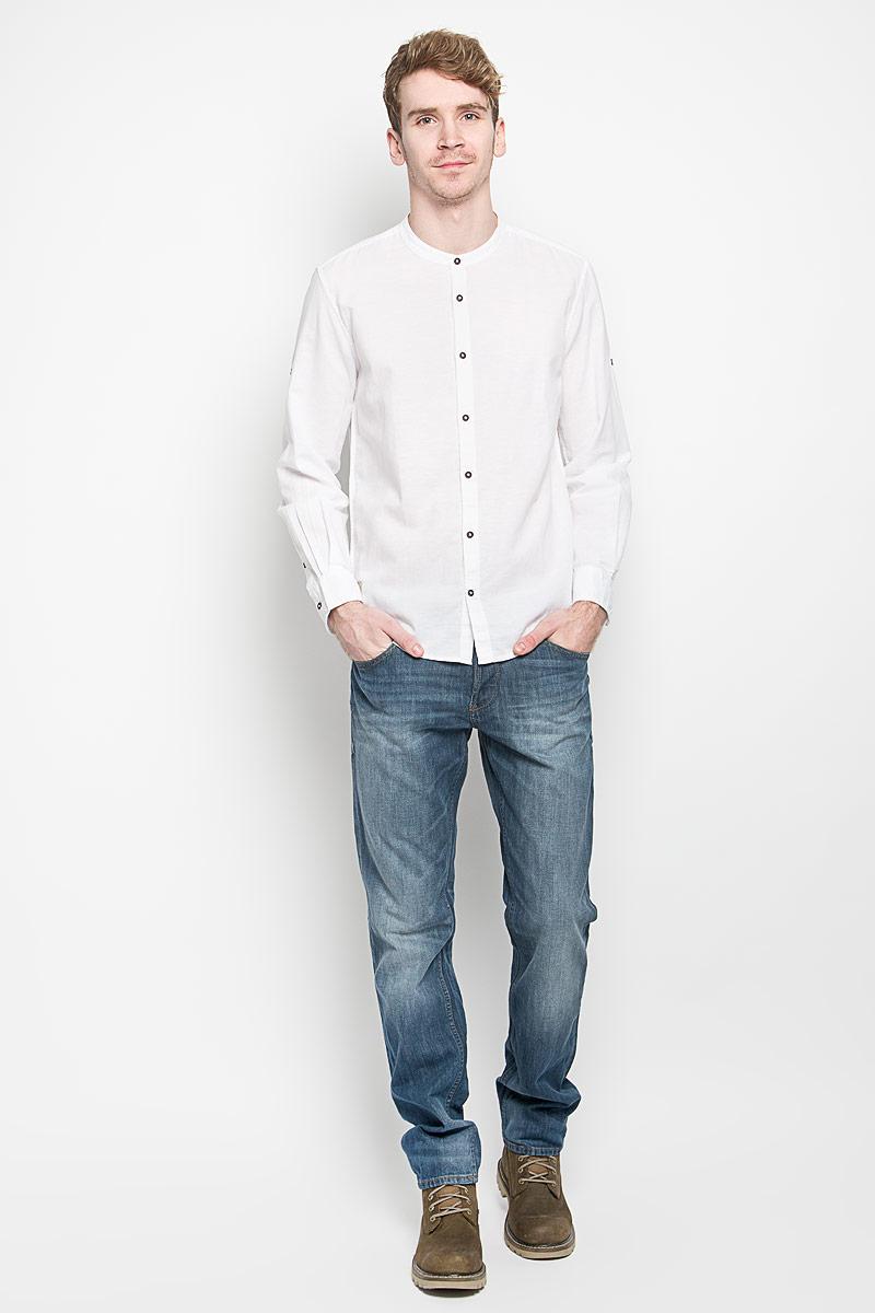 Рубашка мужская Tom Tailor, цвет: белый. 2031426.00.10_2000. Размер S (46)2031426.00.10_2000Стильная мужская рубашка Tom Tailor, выполненная из хлопка и льна, станет замечательным дополнением к вашему гардеробу. Благодаря своему составу, изделие очень легкое, мягкое и приятное на ощупь, не сковывает движения и позволяет коже дышать. Модель с круглым вырезом горловины и длинными рукавами застегивается на пуговицы по всей длине. Рукава рубашки дополнены хлястиками с пуговицами, позволяющими регулировать их длину. Манжеты также застегиваются на пуговицы. Изделие украшено небольшой текстильной нашивкой. Такая модель будет дарить вам комфорт в течение всего дня!