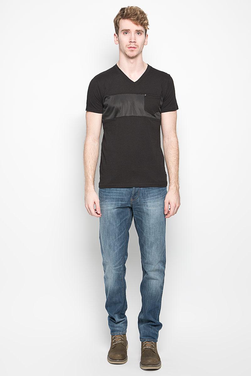Футболка мужская MeZaGuZ, цвет: черный. Twaddles. Размер L (50)Twaddles_BlackМужская футболка MeZaGuZ, выполненная из натурального хлопка, станет стильным дополнением к вашему гардеробу. Материал изделия мягкий и приятный на ощупь, не сковывает движения и позволяет коже дышать. Вставка на модели изготовлена из полиэстера.Футболка с V-образным вырезом горловины и короткими рукавами дополнена спереди перфорированной вставкой. На груди расположен накладной карман, декорированный металлической клепкой. Изделие украшено текстильными нашивками. Такая модель отлично подойдет для повседневной носки и подарит вам комфорт в течение всего дня!