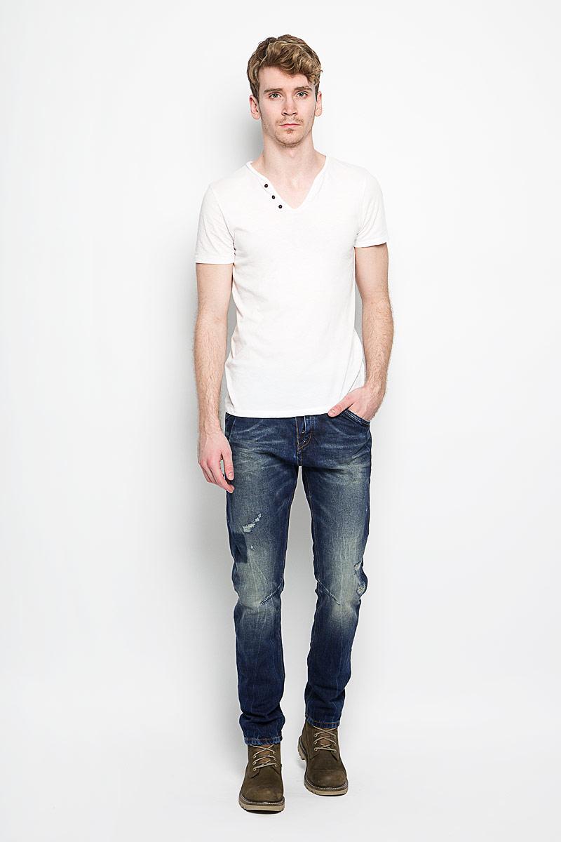 Джинсы мужские Tom Tailor Conroy, цвет: темно-синий. 6204160.00.12_1074. Размер 34-34 (50-34)6204160.00.12_1074Стильные мужские джинсы Tom Tailor Conroy - джинсы высочайшего качества на каждый день, которые прекрасно сидят. Модель слегка зауженного к низу кроя и средней посадки изготовлена из высококачественного хлопка. Застегиваются джинсы на пуговицу в поясе и ширинку на пуговицы, имеются шлевки для ремня. Спереди модель дополнена двумя втачными карманами и одним небольшим секретным кармашком, а сзади - двумя накладными карманами. Изделие оформлено потертостями и рваным эффектом. Эти модные и в тоже время комфортные джинсы послужат отличным дополнением к вашему гардеробу. В них вы всегда будете чувствовать себя уютно и комфортно.