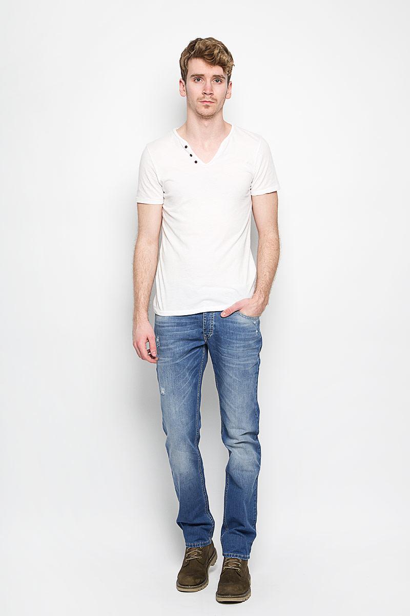 Джинсы мужские F5 Kanzas, цвет: голубой. 151104_09558. Размер 33-32 (48/50-32)151104_9558Стильные мужские джинсы F5 Kanzas - джинсы высочайшего качества на каждый день, которые прекрасно сидят. Модель классического кроя и средней посадки изготовлена из высококачественного хлопка. Застегиваются джинсы на пуговицу в поясе и ширинку на пуговицы, имеются шлевки для ремня. Спереди модель дополнена двумя втачными карманами и одним небольшим секретным кармашком, а сзади - двумя накладными карманами. Изделие оформлено потертостями и рваным эффектом. Эти модные и в тоже время комфортные джинсы послужат отличным дополнением к вашему гардеробу. В них вы всегда будете чувствовать себя уютно и комфортно.