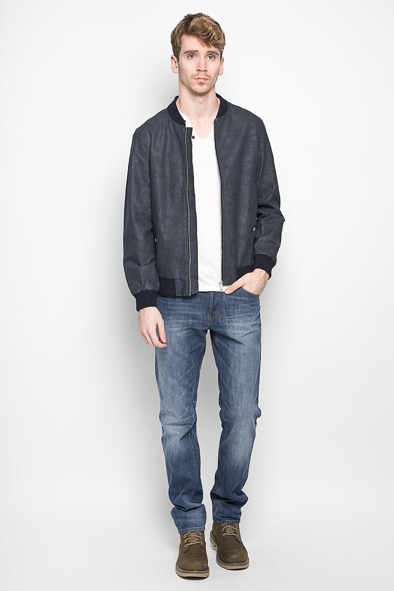 Куртка мужская Tom Tailor Denim, цвет: темно-синий. 3722125.00.12_6576. Размер L (50)3722125.00.12_6576Стильная мужская куртка Tom Tailor Denim выполнена из вискозы с добавлением полиэстера на подкладки из полиэстера и рассчитана на прохладную погоду. Куртка поможет вам почувствовать себя максимально комфортно и стильно. Модель с длинными рукавами и воротником-стойкой застегивается на металлическую застежку-молнию. Воротник выполнен из трикотажной резинки. Низ рукавов и низ модели обработаны широкой эластичной манжетой. Куртка дополнена двумя прорезными карманами на кнопке и потайным кармашком на кнопке, который расположен с внутренней стороны изделия. Модный дизайн и практичность - отличный выбор на каждый день!
