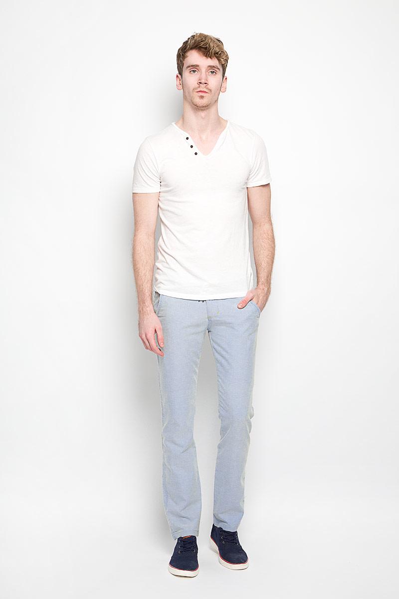Брюки мужские Baon, цвет: светло-голубой. B796017. Размер M (48)B796017Мужские брюки Baon станут стильным дополнением к вашему гардеробу. Изготовленные из натурального хлопка, они мягкие и приятные на ощупь, не сковывают движения и позволяют коже дышать.Брюки прямого кроя на поясе застегиваются на пластиковую пуговицу и имеют ширинку на застежке-молнии, а также шлевки для ремня. На поясе модель дополнена декоративным текстильным шнурком. Спереди расположены два втачных кармана и один маленький прорезной, а сзади - два прорезных кармана с клапанами на пуговицах. Современный дизайн и расцветка делают эти брюки модным предметом мужской одежды. Такая модель подарит вам комфорт в течение всего дня.