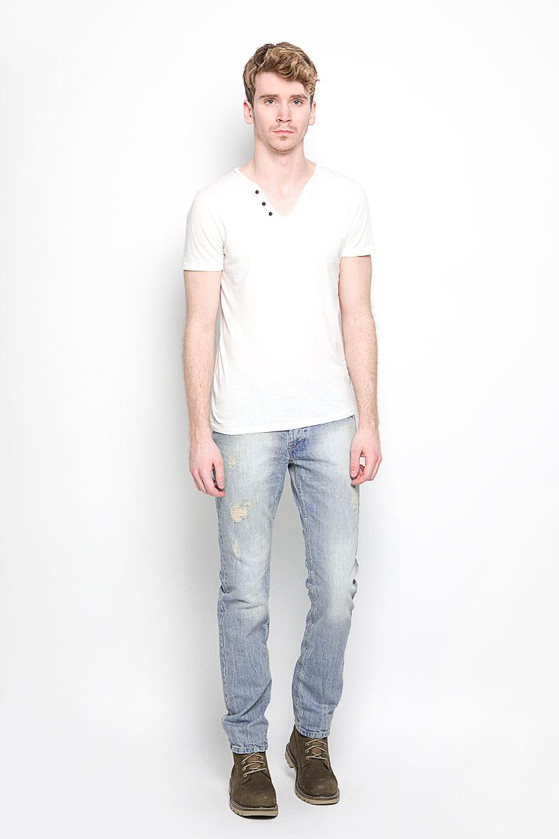 Джинсы мужские MeZaGuZ, цвет: серо-голубой. Wookie/STONE. Размер 46 (54)Wookie/STONEСтильные мужские джинсы MeZaGuZ- джинсы высочайшего качества, которые прекрасно сидят. Модель слегка зауженного к низу кроя и средней посадки изготовлена натурального хлопка, не сковывает движения и дарит комфорт. Джинсы на талии застегиваются на металлическую пуговицу, а также имеют ширинку на металлических пуговицах и шлевки для ремня. Спереди модель дополнена двумя втачными карманами и одним накладным небольшим кармашком, а сзади - двумя большими накладными карманами. Изделие оформлено потертостями и рваным эффектом. Эти модные и в тоже время удобные джинсы помогут вам создать оригинальный современный образ. В них вы всегда будете чувствовать себя уверенно и комфортно.