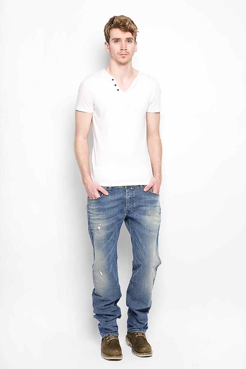 Джинсы мужские Diesel, цвет: синий. 00C03G-0845F. Размер 34-32 (46-32)00C03G-0845FСтильные мужские джинсы Diesel - джинсы высочайшего качества, которые прекрасно сидят. Модель прямого кроя и средней посадки изготовлена хлопка с добавлением эластана, не сковывает движения и дарит комфорт. Джинсы на талии застегиваются на металлическую пуговицу, а также имеют ширинку на металлических пуговицах и шлевки для ремня. Спереди модель дополнена двумя втачными карманами и одним накладным небольшим кармашком, а сзади - двумя большими накладными карманами. Изделие оформлено потертостями и рваным эффектом. Эти модные и в тоже время удобные джинсы помогут вам создать оригинальный современный образ. В них вы всегда будете чувствовать себя уверенно и комфортно.