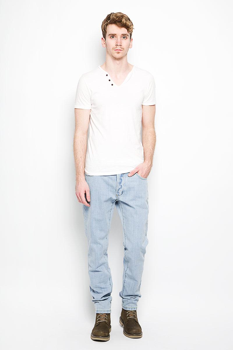 Джинсы мужские Lee Cooper, цвет: серо-голубой. M10077-1901. Размер 34-34 (50-34)M10077-1901Стильные мужские джинсы Lee Cooper - джинсы высочайшего качества, которые прекрасно сидят. Модель слегка зауженного к низу кроя и средней посадки изготовлена натурального хлопка, не сковывает движения и дарит комфорт. Джинсы на талии застегиваются на металлическую пуговицу, а также имеют ширинку на металлических пуговицах и шлевки для ремня. Спереди модель дополнена двумя втачными карманами и одним накладным небольшим кармашком, а сзади - двумя большими накладными карманами. Изделие оформлено небольшим эффектом потертости. Эти модные и в тоже время удобные джинсы помогут вам создать оригинальный современный образ. В них вы всегда будете чувствовать себя уверенно и комфортно.