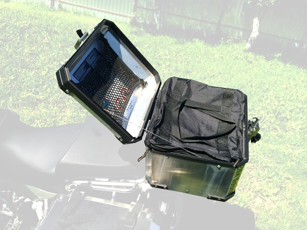 Сумка AG-brand в центральный кофр BMW, цвет: черный, 38 лAG-BMW-MC-B39Удобная внутренняя сумка AG-brand для алюминиевого центрального кофра BMW. Практичное решение не снимая кофра забрать багаж с собой. Сумка имеет большой верхний клапан на молнии и внутренний карман. Также модель дополнена прочными удобными ручками для переноски. Изготовлена сумка из влагонепроницаемого материала плотностью 600 ден.