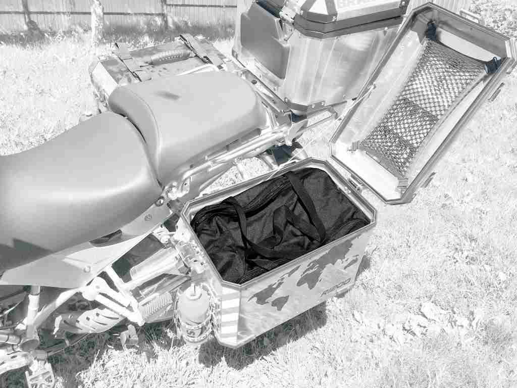 Сумка AG-brand в боковой кофр BMW, цвет: черный, 45 лAG-BMW-MC-B46Удобная внутренняя сумка AG-brand для алюминиевого кофра BMW. Практичное решение не снимая кофра забрать багаж с собой. Сумка имеет два клапана: удобный верхний клапан на липучке и молнии плюс боковой клапан на молнии. Также модель дополнена двумя удобными ручками. Изготовлена сумка из влагонепроницаемого материала плотностью 600 ден.