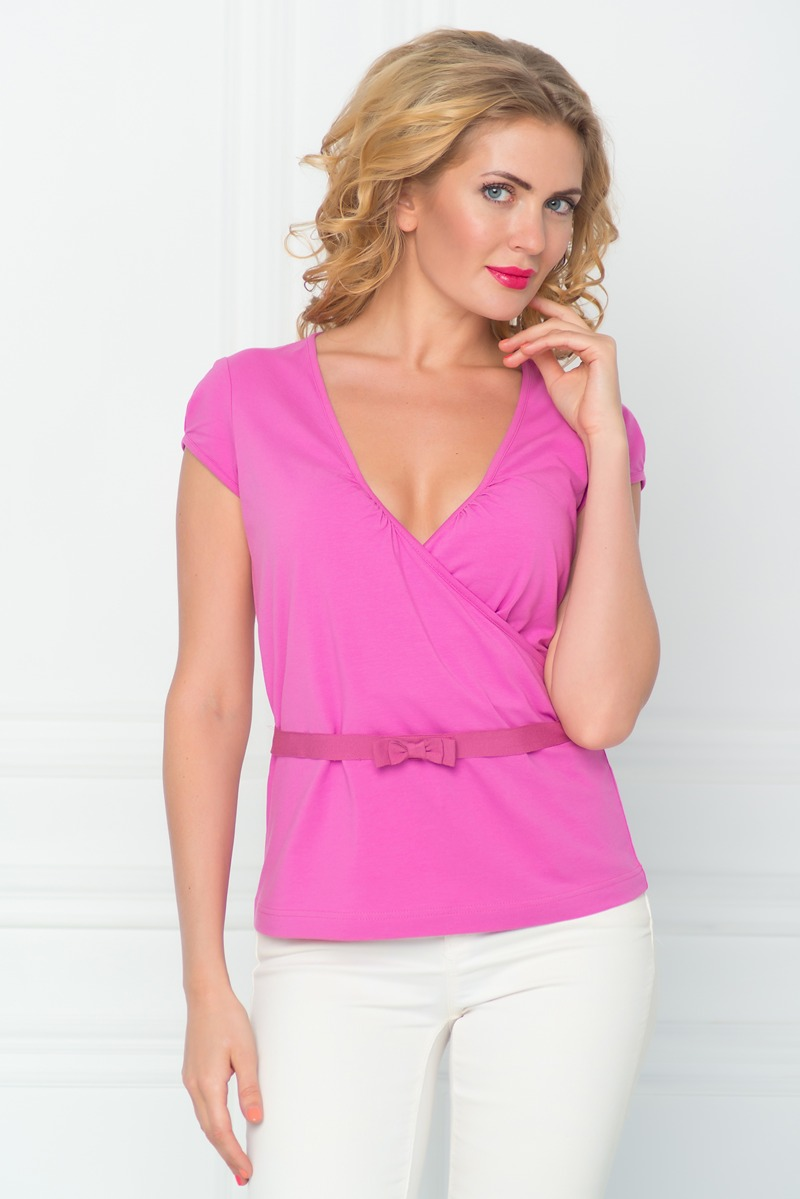 Футболка женская BeGood, цвет: розовый. SS16-BGUZ-526. Размер 54SS16-BGUZ-526Стильная женская футболка BeGood изготовлена из эластичного хлопка.Приталенная модель с короткими рукавами и V-образным вырезом горловины и дополнена декоративным поясом.