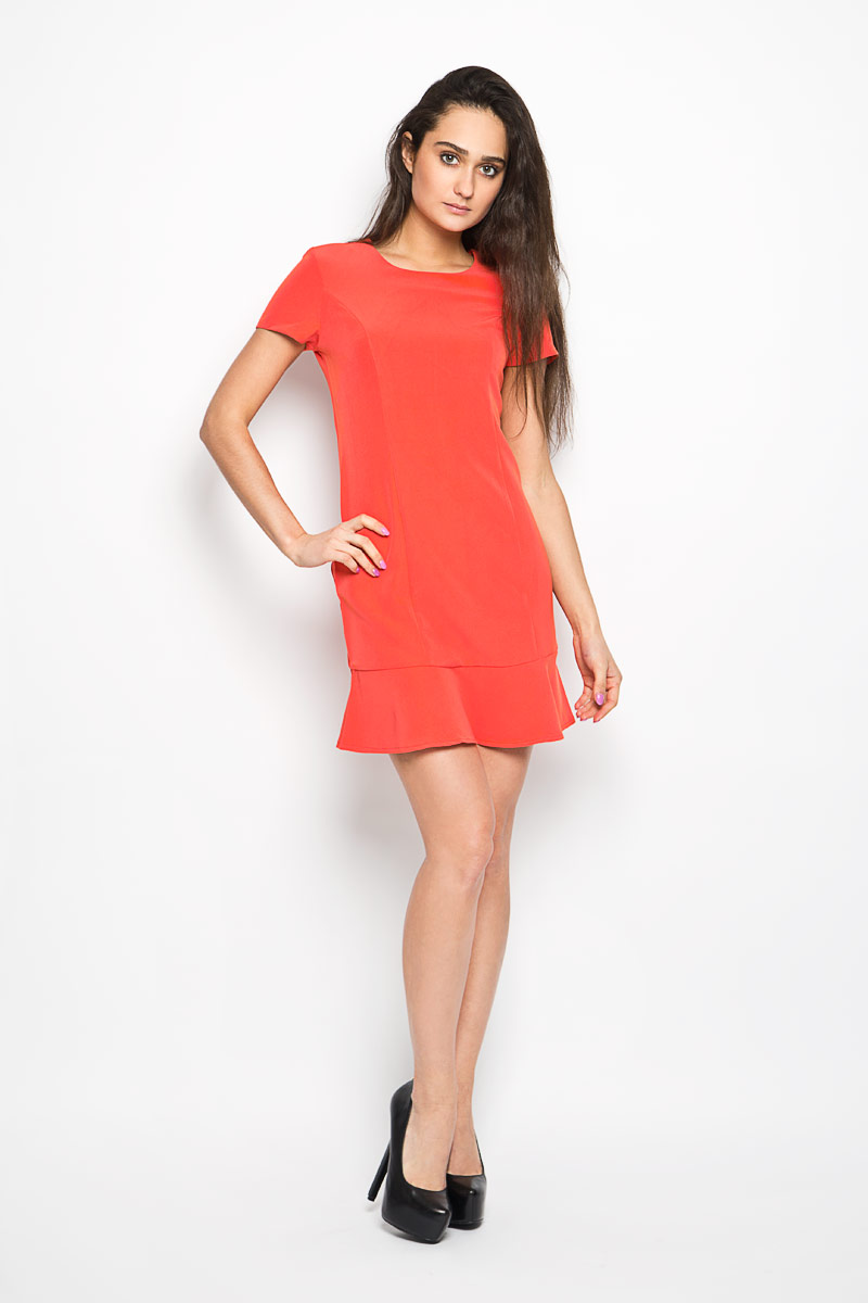 Платье Sela, цвет: маковый. Ds-117/741-6193. Размер 46Ds-117/741-6193Элегантное платье Sela выполнено из эластичного полиэстера. Такое платье обеспечит вам комфорт и удобство при носке.Модель с короткими рукавами и круглым вырезом горловины выгодно подчеркнет все достоинства вашей фигуры благодаря приталенному силуэту. Платье застегивается сзади на металлический крючок и застежку-молнию. По низу проходит широкая оборка.Это модное и удобное платье станет превосходным дополнением к вашему гардеробу, оно подарит вам удобство и поможет вам подчеркнуть свой вкус и неповторимый стиль.