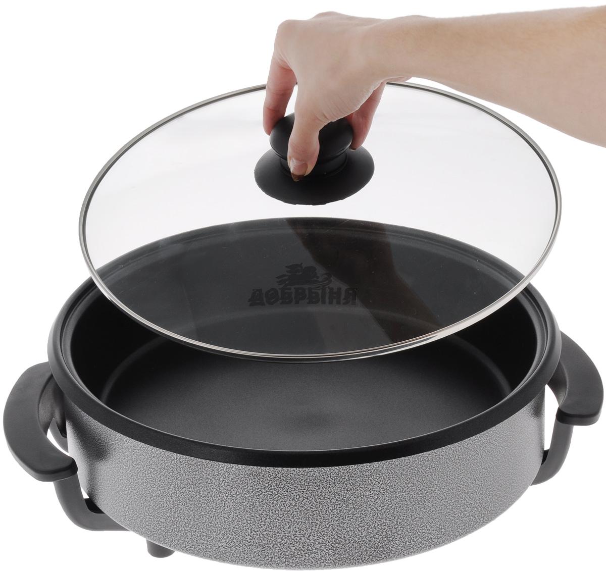 """Электрическая сковорода """"Добрыня"""" - это по- настоящему многофункциональное устройство.  Она отличается от обычной сковороды тем, что  ее не нужно ставить на плиту, а питается от  электричества, благодаря чему ее можно  разместить в любом месте. Сковорода  изготовлена из высококачественного литого  алюминия. Утолщенное дно обеспечивает  равномерное распределение тепла. Изделие не  содержит кадмия и свинца, а также вредной  примеси PFOA, оно абсолютно экологично и  безопасно для здоровья.  Алюминий прекрасно распределяет и  удерживает тепло, что позволяет экономить  электроэнергию и готовить  пищу быстрее.  Электрическая сковорода оснащена  нагревательным элементом, который  находится  снизу, благодаря чему отлично подходит  для жарки, тушения, варки и даже просто  подогрева.  Изделие снабжено терморегулятором, что  позволяет устанавливать нужную температуру и  ее поддержания.  Сковорода имеет стеклянную крышку с  бакелитовой  ручкой, которая позволяет следить за процессом  приготовления блюд.  Компактность, простота в уходе, экономия  времени, надежность, удобство в использовании  - все это сделает процесс готовки максимально  приятным и порадует даже самых искушенных  кулинаров.  Диаметр сковороды (по верхнему краю): 32 см.   Диаметр сковороды (по внутреннему краю): 30  см. Высота стенки: 9 см.  Ширина сковороды (с учетом ручек): 39 см.  Номинальная потребляемая мощность: 1500 Вт.  Напряжение: 220 - 240 Вт. Частота: 50 Гц. Максимальная температура нагрева: 240°С."""
