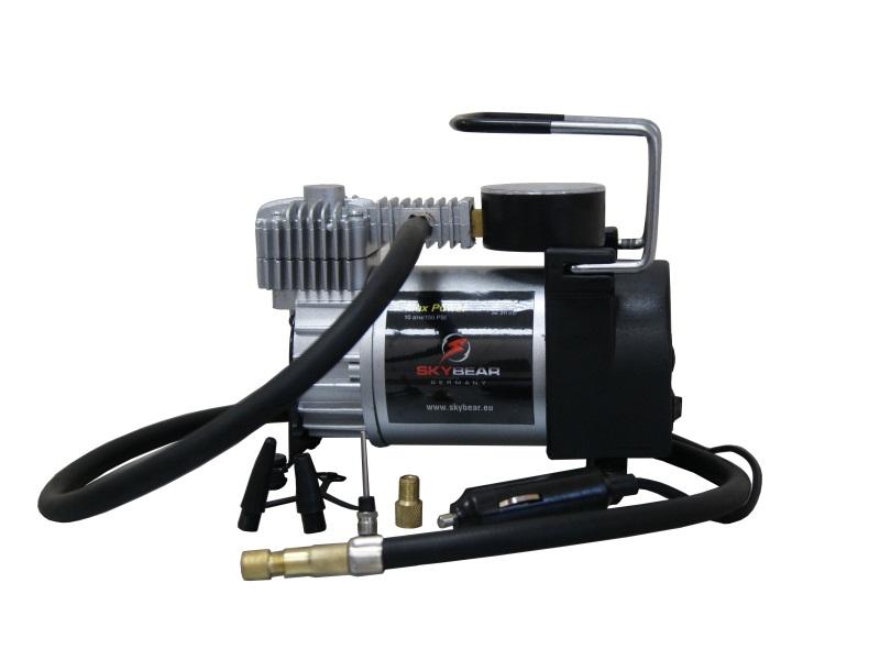 Компрессор автомобильный Skybear. 211010211010Автомобильный компрессор Skybear предназначен для быстрого накачивания шин автомобилей, резиновых лодок, мячей, матрацев и других резиновых изделий. Корпус выполнен из прочного металла. Компрессор оборудован точным манометром. Работает от прикуривателя автомобиля.Напряжение: 12/24 В.Номинальная сила тока: 14 А.Диаметр цилиндра: 30 мм.Максимальное давление: 10 Атм/150 PSI.Максимальное время работы: 40 мин.