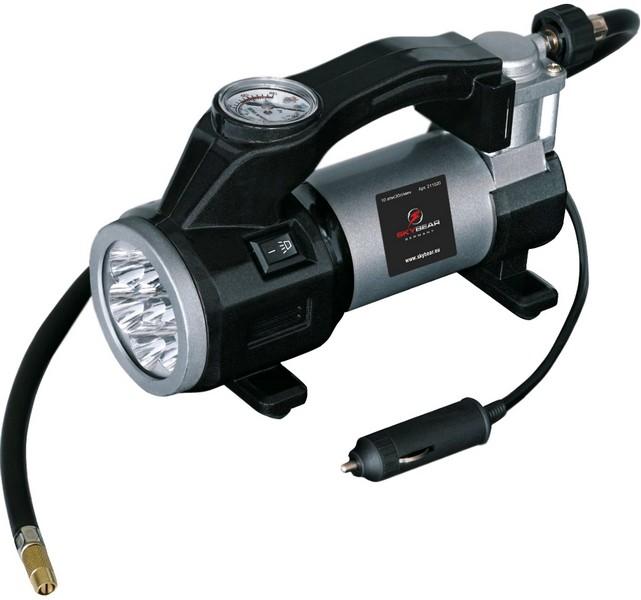Компрессор автомобильный Skybear. 211020211020Автомобильный компрессор Skybear предназначен для быстрого накачивания шин автомобилей,резиновых лодок, мячей, матрацев и других резиновых изделий. Корпус выполнен из прочногометалла, в передней части имеется большой светодиодный фонарь. Компрессор оборудованточным манометром. Работает от прикуривателя автомобиля. В комплекте 3 адаптера и сумка для переноски и хранения. Напряжение: 12 В. Максимальное давление: 10 Атм/150 PSI.