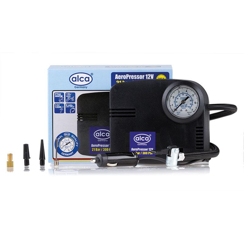 Автомобильный компрессор Alca Турбо, 12 В. 232000232000Автомобильный компрессор Alca Турбо позволит быстро подкачать спустившуюся шину. Скорость заполнения шин 205 70R 15 около 8 минут. Дает возможность контролироватьстепень подкачки и обеспечивает ее равномерность во всех шинах. Прибор отличаетсяневероятной функциональностью: дополнительно оснащен манометром для определениядавления внутри шины и ночной подсветкой дисплея. Кроме того, компрессор компактный и легкопомещается в багажнике, не занимая много места. Работает от автомобильной сети в 12В иподсоединяется посредством специального штекера к прикуривателю в салоне транспортногосредства. Шланги прячутся внутрь корпуса, что делает компрессор компактным и удобным вработе. В комплект входят насадки для накачки не только автошин, но и надувныхпредметов бытового назначения (лодок, матрацев, бассейнов, мячей).Выбирая компрессор,необходимо учитывать длину электрических кабелей и шлангов - они должны свободнодоставать до дальних колес.Скорость заполнения шин 205 70R 15: около 8 мин.