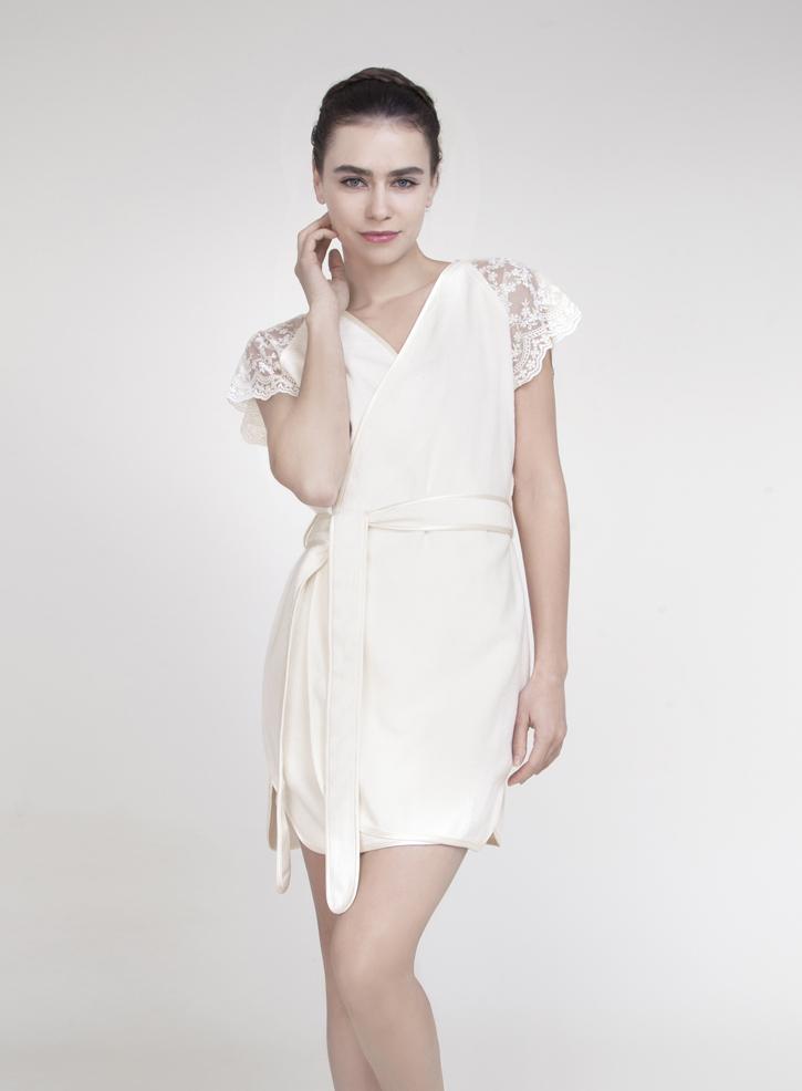 Халат женский Issimo Home, цвет: белый. CAROLINA. Размер L (46)CAROLINAЭлегантный халат ISSIMO - это женственный дизайн и благородные оттенки. Халат исполнен из бамбуковой ткани с добавлением хлопка, бархатистый на ощупь. Изделие с запахом, на поясе, дополнено декоративными кружевными вставками на рукавах, шелковистой окантовкой выреза, пояска, низа. Мягкий поясок прилагается. Такой халат - это изящное решение для носки дома и после душа.