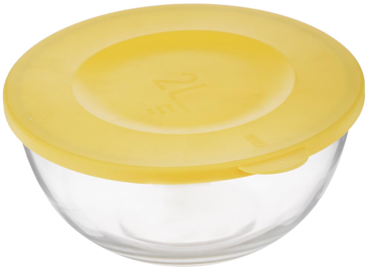 Чаша Glasslock, с крышкой, цвет: прозрачный, желтый, 2 лMBCB-200FЧаша Glasslock выполнена из закаленного ударопрочного стекла и оснащена пластиковой крышкой. Изделие плотно и герметично закрывается крышкой, что позволяет продуктам дольше оставаться свежими, сохранять аромат и вкус. Благодаря прозрачным стенкам, можно видеть содержимое. Такая чаша подходит для повседневного использования. Она идеальна для овсяных хлопьев, фруктов, риса и многого другого. Также в ней можно приготовить салаты. Приятный дизайн подойдет практически для любого случая.Можно мыть в посудомоечной машине, использовать в СВЧ-печах. Подходит для хранения пищи в холодильнике и морозильнике. Не использовать в духовке.Размер чаши (с учетом крышки): 23 х 21,5 х 10,5 см.