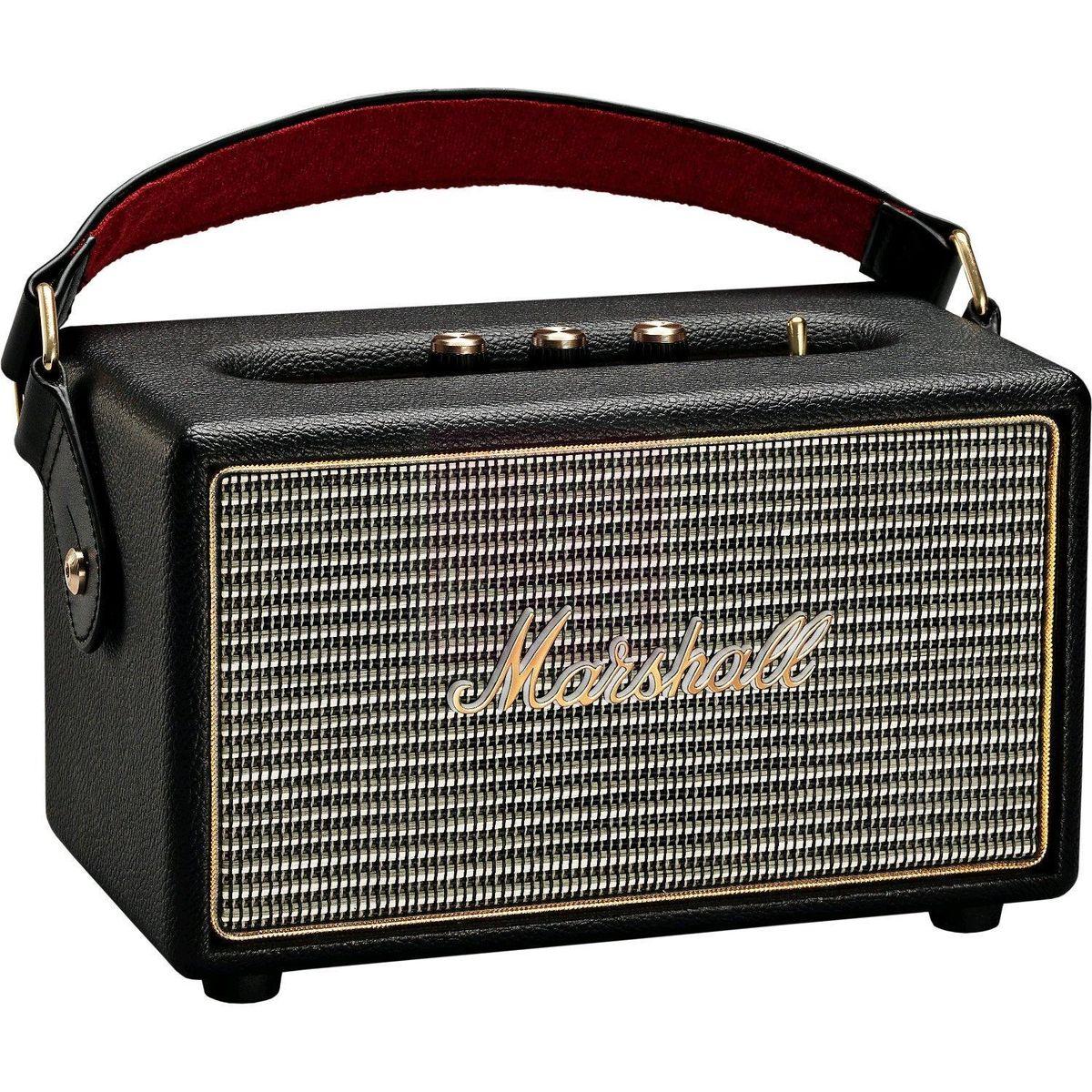 Marshall Kilburn, Black акустическая система7340055313834The Kilburn - это первая колонка в линейке акустики Marshall, освобожденная от проводов. Небольшая, весом всего в 3 килограмма, она может похвастаться одними из самых громких динамиков в своем классе, которые обеспечивают не только мощный бас, но и широкую звуковую сцену, четкую панораму и детализированное звучание.По традиции устройство выполнено в стиле олдскульных гитарных усилителей: обтянутый винилом корпус, металлическая решетка на динамиках с легендарным логотипом на ней, аналоговые переключатели и ручки регулировок золотого цвета.Путешествуйте налегке вместе с Marshall Kilburn: кожаный ремешок в гитарном стиле позволит брать с собой колонку в любые путешествия, а встроенный аккумулятор обеспечит до 18 часов наслаждения вашей любимой музыкой без подзарядки.Частота кроссовера: 4200 Гц
