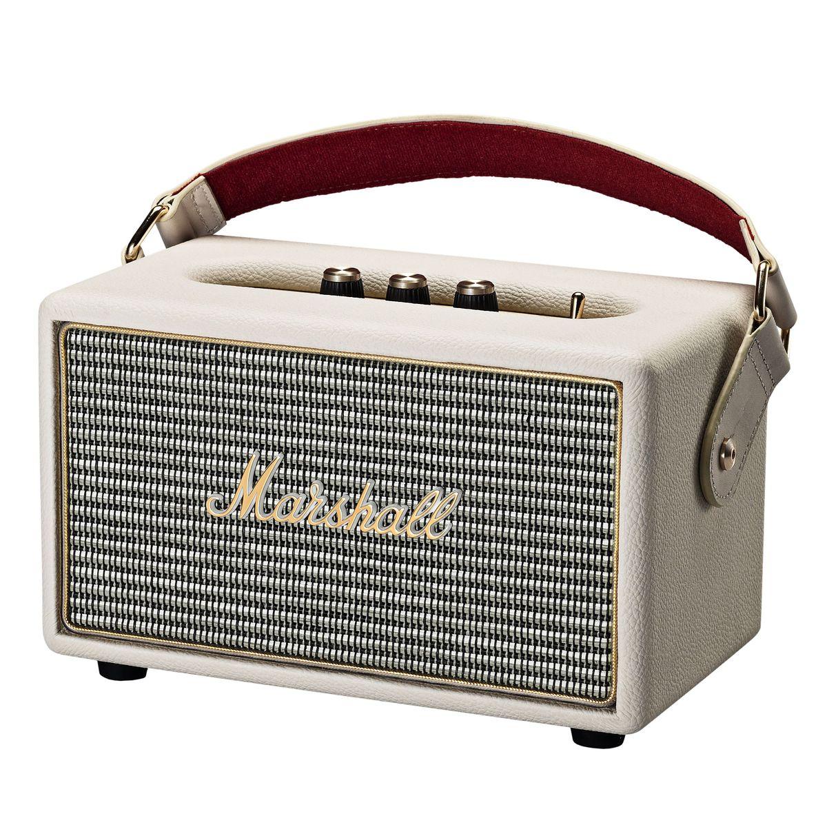 Marshall Kilburn, Cream акустическая система7340055313841The Kilburn – это первая колонка в линейке акустики Marshall, освобожденная от проводов. Небольшая, весом всего в 3 килограмма, она может похвастаться одними из самых громких динамиков в своем классе, которые обеспечивают не только мощный бас, но и широкую звуковую сцену, четкую панораму и детализированное звучание.По традиции устройство выполнено в стиле олдскульных гитарных усилителей: обтянутый винилом корпус, металлическая решетка на динамиках с легендарным логотипом на ней, аналоговые переключатели и ручки регулировок золотого цвета.Путешествуйте налегке вместе с Marshall Kilburn: кожаный ремешок в гитарном стиле позволит брать с собой колонку в любые путешествия, а встроенный аккумулятор обеспечит до 18 часов наслаждения вашей любимой музыкой без подзарядки.Частота кроссовера: 4200 ГцКак выбрать портативную колонку. Статья OZON Гид