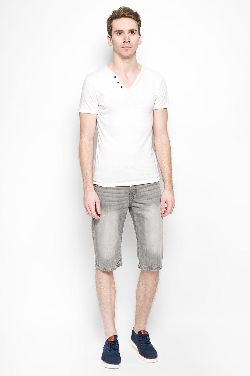 Шорты мужские MeZaGuZ, цвет: серый. Flavor. Размер 44 (52)Flavor_GreyМужские джинсовые шорты MeZaGuZ, изготовленные из натурального хлопка, станут отличным дополнением к вашему гардеробу. Материал изделия плотный, приятный на ощупь, хорошо пропускает воздух. Шорты на поясе застегиваются на металлическую пуговицу и имеют ширинку на застежках-пуговицах, а также шлевки для ремня. Модель имеет классический пятикарманный крой: спереди - два втачных кармана и один маленький накладной, а сзади - два накладных кармана. Шорты оформлены эффектом потертости, перманентными складками, украшены контрастной прострочкой и металлическим клепками.Дизайн и расцветка делают эту модель модным предметом мужской одежды. В таких шортах вы всегда будете чувствовать себя уверенно и комфортно.