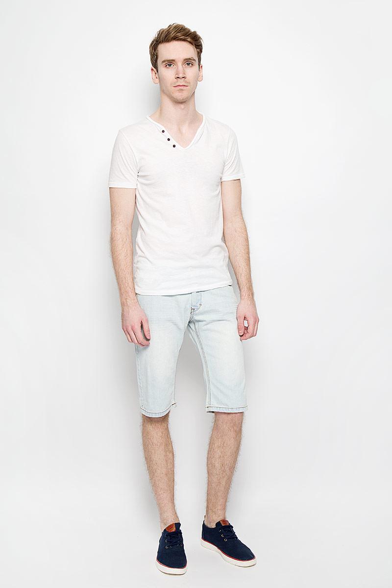 Шорты мужские MeZaGuZ, цвет: светло-голубой джинс. Fray. Размер 42 (50)Fray_White BleachМужские джинсовые шорты MeZaGuZ, изготовленные из натурального хлопка, станут отличным дополнением к вашему гардеробу. Материал изделия плотный, приятный на ощупь, хорошо пропускает воздух. Шорты на поясе застегиваются на металлическую пуговицу и имеют ширинку на застежках-пуговицах, а также шлевки для ремня. Модель имеет классический пятикарманный крой: спереди - два втачных кармана и один маленький накладной, а сзади - два накладных кармана. Шорты оформлены эффектом потертости, перманентными складками, украшены контрастной прострочкой и металлическим клепками.Дизайн и расцветка делают эту модель модным предметом мужской одежды. В таких шортах вы всегда будете чувствовать себя уверенно и комфортно.