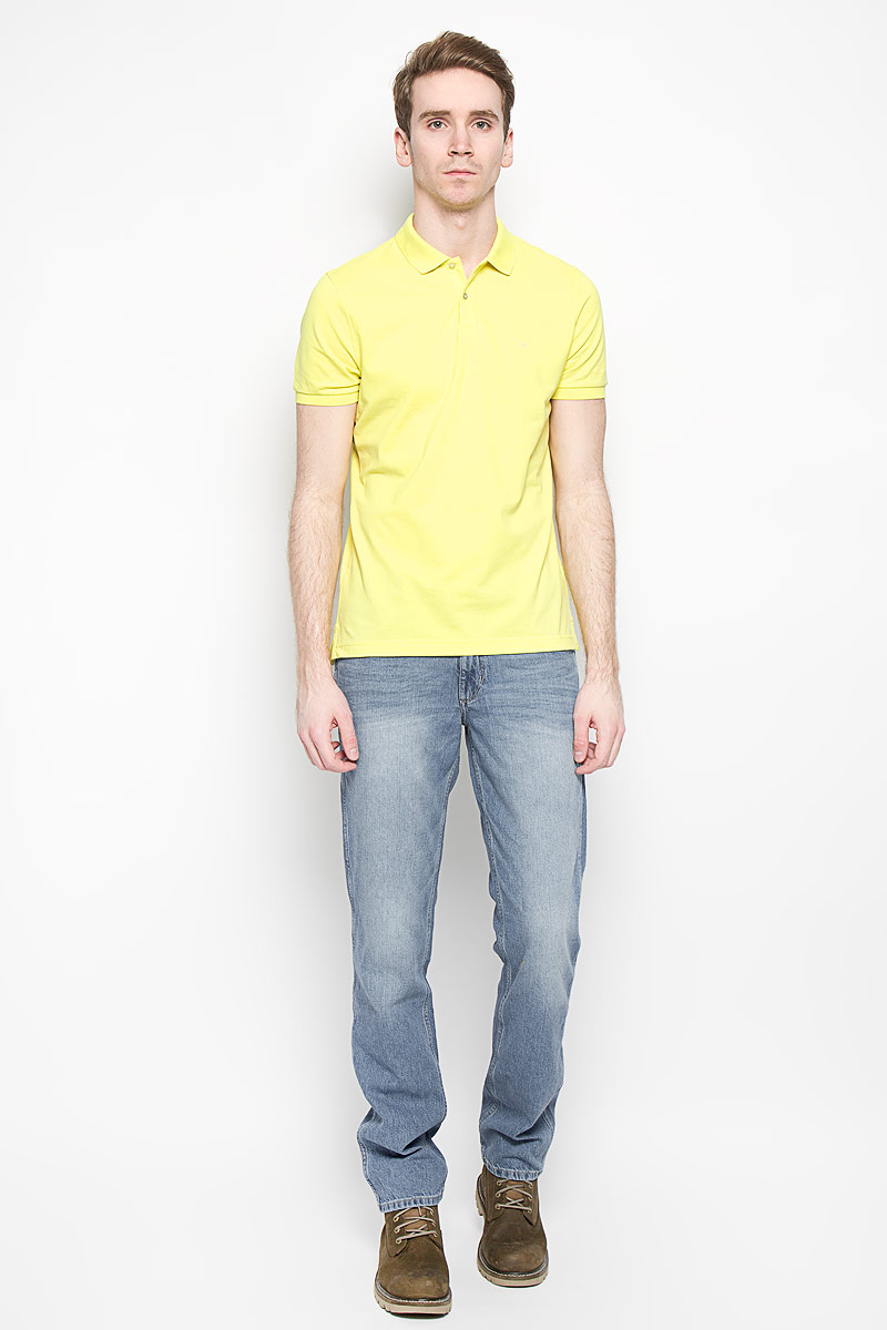 Поло мужское Calvin Klein Jeans, цвет: желтый. K3EK300054_3200. Размер XXL (52/54)K3EK300054_3200Мужская футболка-поло Calvin Klein поможет создать отличный современный образ. Модель изготовлена из натурального хлопка, очень мягкая, тактильно приятная, не сковывает движения и хорошо пропускает воздух.Футболка-поло с отложным воротником и короткими рукавами застегивается сверху на две пуговицы. Воротник и края рукавов выполнены из трикотажной резинки. Спинка изделия слегка удлинена. По бокам предусмотрены небольшие разрезы. Футболка украшена вышитым логотипом бренда. Такая модель отлично подойдет для повседневной носки и подарит вам комфорт в течение всего дня!