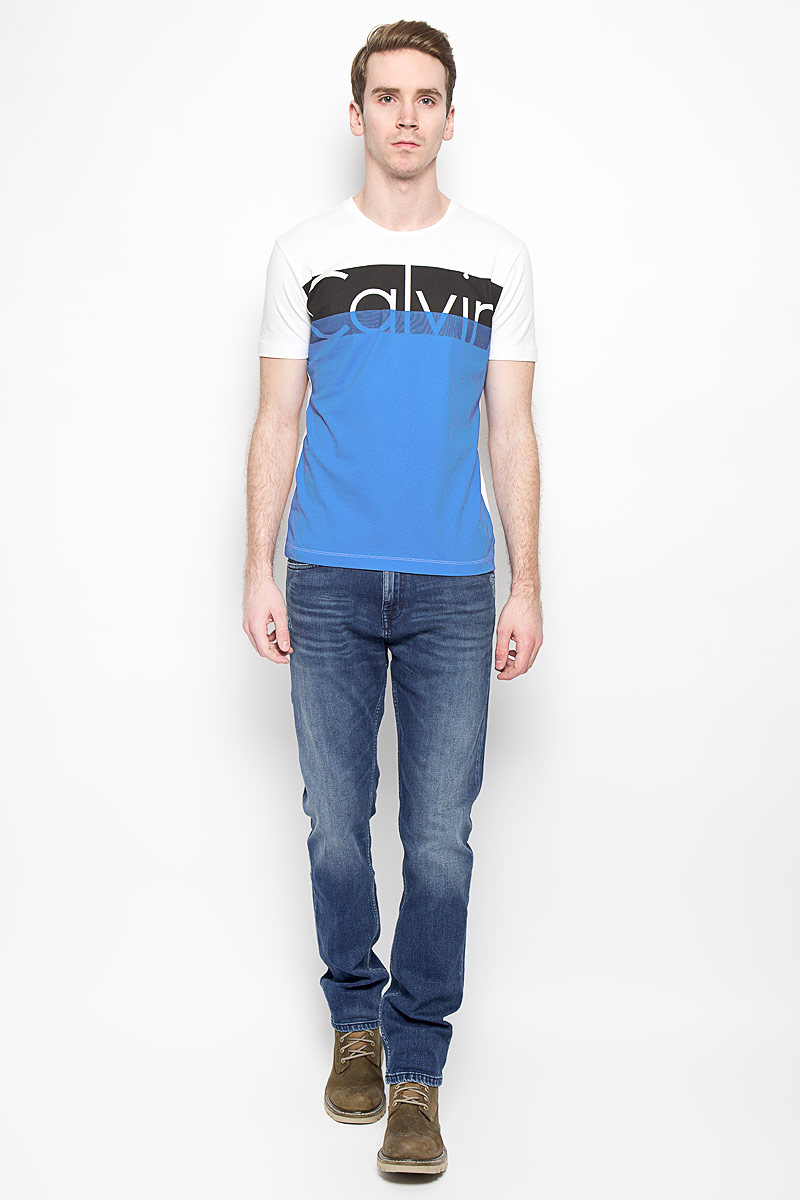 Джинсы мужские Calvin Klein Jeans, цвет: синий. J3IJ303982_4304. Размер 32 (48/50)Tsp-211/950-6143Стильные мужские джинсы Calvin Klein Jeans, изготовленные из эластичного хлопка, станут отличным дополнением к вашему гардеробу. Ткань изделия мягкая, тактильно приятная, позволяет коже дышать.Джинсы слегка зауженного кроя застегиваются на поясе на металлическую пуговицу и имеют ширинку на застежке-молнии, а также шлевки для ремня. Спереди расположены два втачных кармана и один маленький накладной, сзади - два накладных кармана. Изделие оформлено эффектом потертости и перманентными складками, декорировано металлическими клепками с логотипом бренда.Современный дизайн, отличное качество и расцветка делают эти джинсы модной и удобной моделью, которая подарит вам комфорт в течение всего дня.