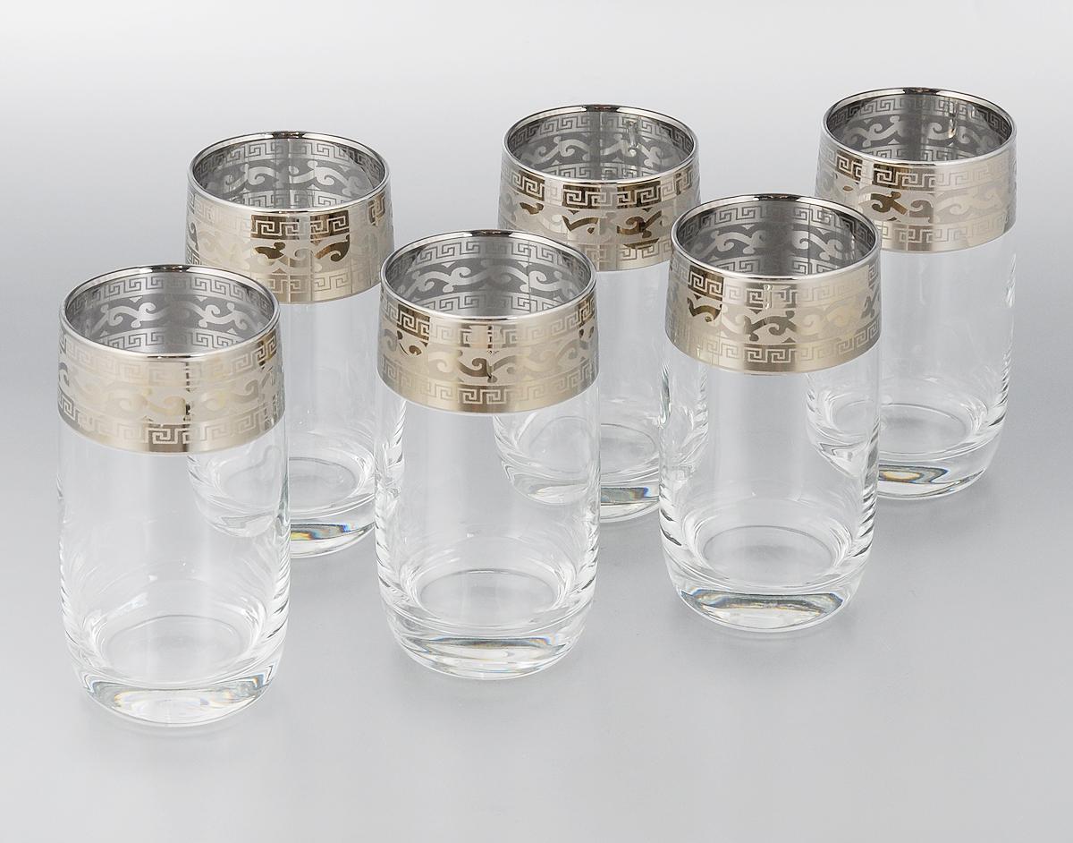 """Набор Гусь-Хрустальный """"Версаче"""" состоит из 6 высоких стаканов, изготовленных из высококачественного натрий-кальций-силикатного стекла. Изделия оформлены красивым зеркальным покрытием и широкой окантовкой с оригинальным узором. Стаканы предназначены для подачи сока, а также воды и коктейлей. Такой набор прекрасно дополнит праздничный стол и станет желанным подарком в любом доме. Можно мыть в посудомоечной машине. Диаметр стакана (по верхнему краю): 6 см. Высота стакана: 12,5 см.  Уважаемые клиенты! Обращаем ваше внимание на незначительные изменения в дизайне товара, допускаемые производителем. Поставка осуществляется в зависимости от наличия на складе."""
