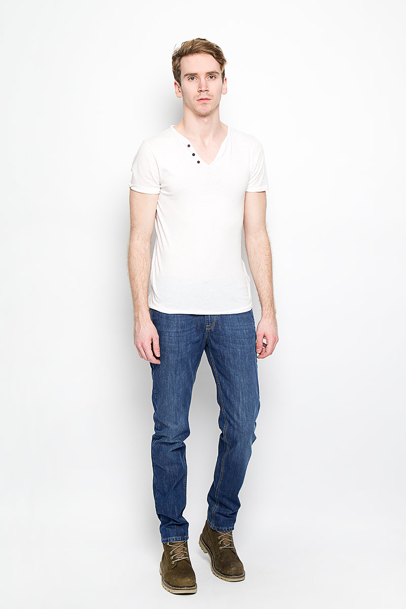 Джинсы мужские F5, цвет: синий. 160127_09543. Размер 31-34 (46/48-34)160127_09543, Blue denim Aser, w.mediumСтильные мужские джинсы F5 - джинсы высочайшего качества на каждый день, которые прекрасно сидят. Джинсы не сковывают движения и дарят комфорт. Модель слегка зауженного кроя и средней посадки изготовлена из высококачественного натурального хлопка. Застегиваются джинсы на пуговицу в поясе и ширинку на молнии, также имеются шлевки для ремня. Спереди модель дополнена двумя втачными карманами и одним небольшим секретным кармашком, а сзади - двумя накладными карманами. Эти модные и в тоже время комфортные джинсы послужат отличным дополнением к вашему гардеробу. В них вы всегда будете чувствовать себя уютно и комфортно.