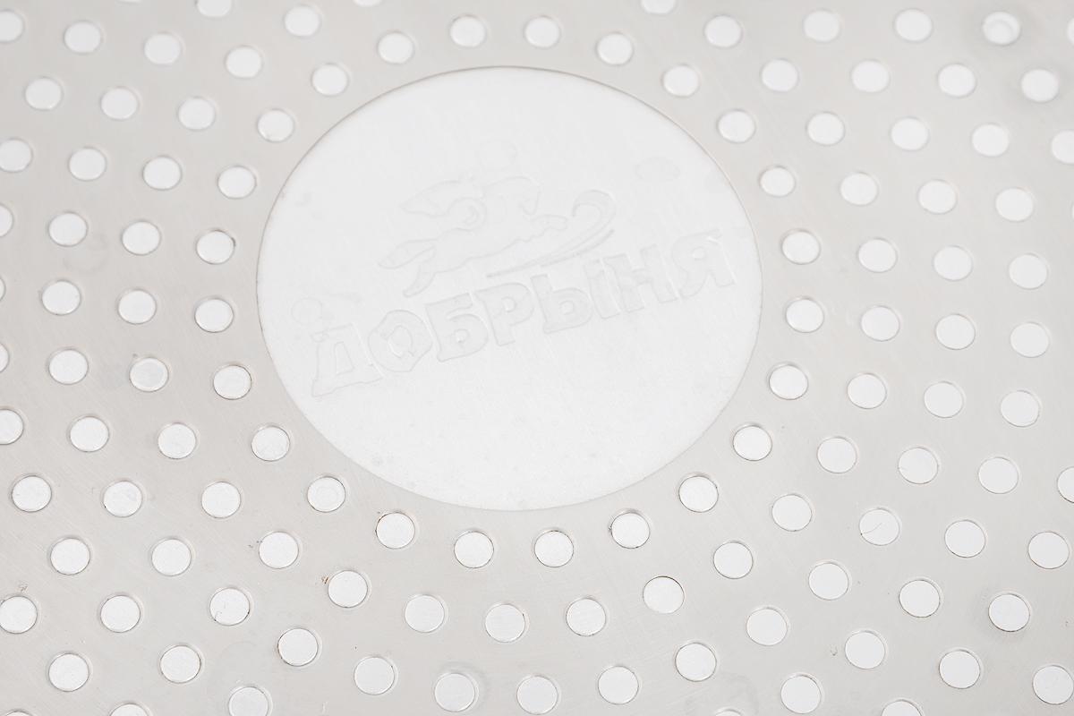 """Сковорода """"Добрыня"""" выполнена из   высококачественного алюминия с экологически   безопасным трехслойным покрытием. Внутреннее керамическое покрытие обладает   антипригарными свойствами и не выделяет   вредных веществ. Новая структура покрытия обеспечивает существенно более высокую   прочность, устойчивость к скалыванию, а также   феноменальную стойкость к истиранию. Не содержит PFOA и PTFE. Декоративное внешнее   покрытие, нанесенное методом напыления,   обладает стойкостью к водной среде, маслам, моющим средствам и абразивам. Отличные   термоаккумулирующие свойства   обеспечивают равномерное распределение тепла. Эргономичная ручка из термостойкого   пластика с нескользящим покрытием Soft-  Touch обеспечивает дополнительный комфорт во время использования. Посуду можно использовать на газовых, электрических, стеклокерамических и   индукционных плитах. Можно мыть в посудомоечной   машине.Диаметр сковороды: 24 см.Высота стенки: 2 см. Длина ручки: 15,5 см.    Простой рецепт блинов на Масленицу – статья на OZON Гид."""