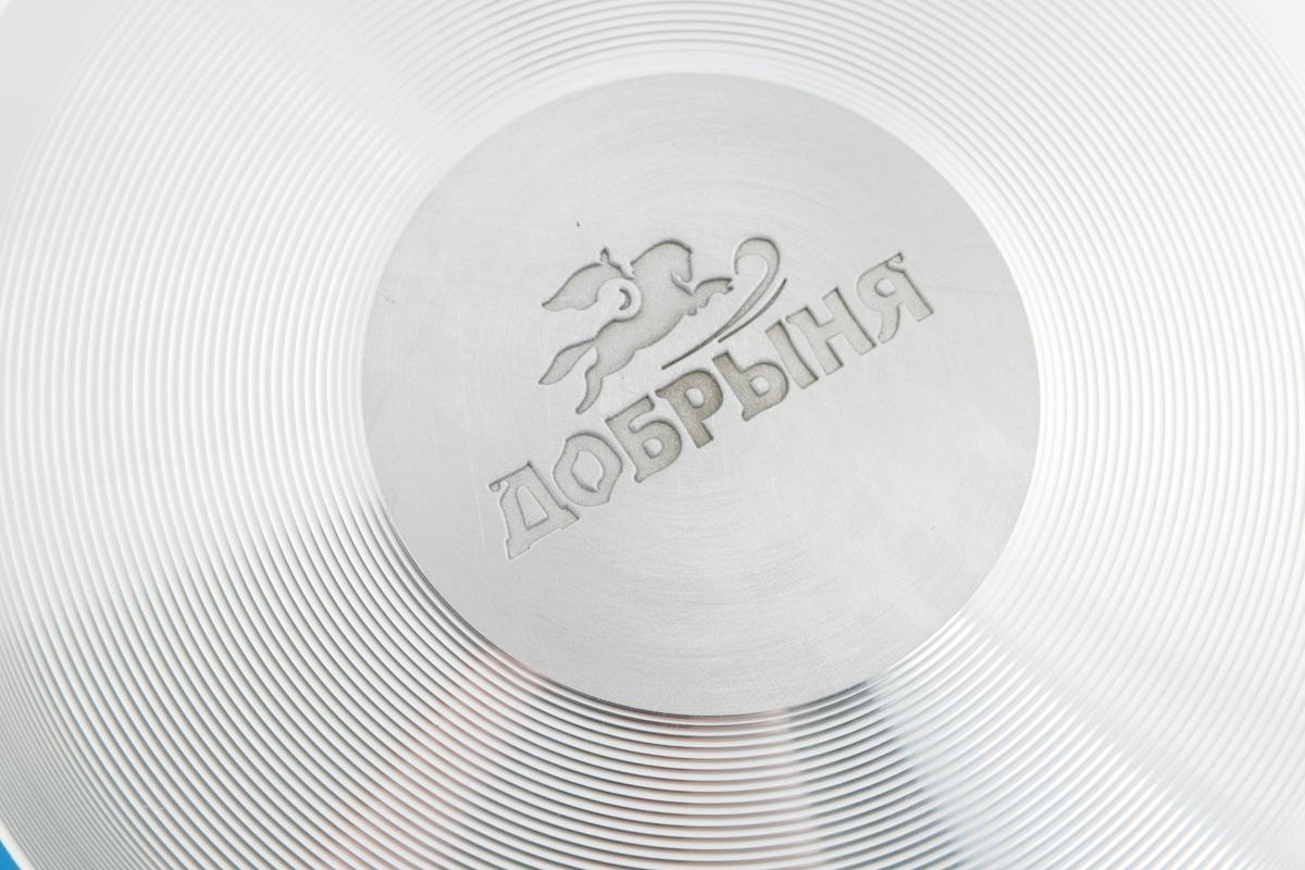 """Сковорода-сотейник """"Добрыня"""" изготовлена из  алюминия с антипригарным покрытием. Оно не  содержит вредных  примесей ПФОК, что способствует здоровому и  экологичному приготовлению пищи. Кроме того,  с таким покрытием пища не пригорает и не  прилипает к стенкам, поэтому можно готовить с  минимальным добавлением масла и жиров.  Внутреннее покрытие обладает  антипригарными свойствами и не выделяет  вредных веществ. Пластиковая съемная ручка специального дизайна  удобно лежит в руке.  Сковорода оснащена стеклянной крышкой с  отверстием для выхода пара. Подходит для использования на газовых,  электрических, стеклокерамических плитах. Не  подходит для индукционных. Можно  мыть в посудомоечной машине. Диаметр: 24 см. Высота стенки: 6,5 см. Длина ручки: 17 см."""
