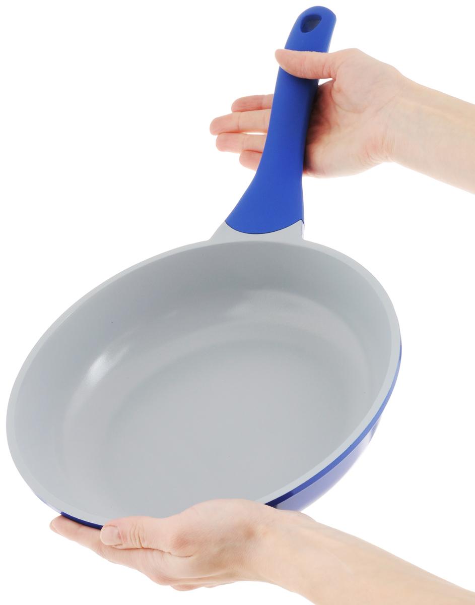 """Сковорода """"Biostal"""" выполнена из литого алюминия с многослойным керамическим покрытием Ceralon на основе натуральных компонентов швейцарского производства Ilag. Утолщенное дно изделия обеспечивает равномерное распределение тепла по всей рабочей поверхности. Ненагревающаяся эргономичная ручка из бакелита с покрытием soft-touch обеспечит удобный захват, превращая процесс приготовления пищи в удовольствие. Можно готовить с минимальным количеством масла.Подходит для использования на газовых, электрических и стеклокерамических плитах, кроме индукционных. Можно мыть в посудомоечной машине.Диаметр сковороды: 24 см. Высота стенки: 6 см. Длина ручки: 20 см."""