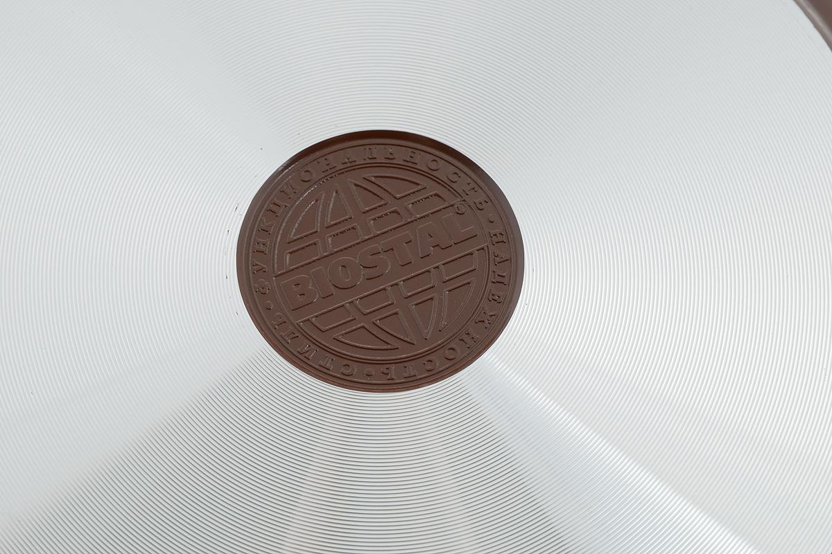 """Сковорода """"Biostal"""" выполнена из литого алюминия с многослойным керамическим покрытием Ceralon на основе натуральных компонентов швейцарского производства Ilag. Утолщенное дно изделия обеспечивает равномерное распределения тепла по всей рабочей поверхности. Ненагревающаяся эргономичная ручка из бакелита с покрытием soft-touch обеспечит удобный захват, превращая процесс приготовления пищи в удовольствие. Можно готовить с минимальным количеством масла.Подходит для использования на газовых, электрических и стеклокерамических плитах, кроме индукционных. Можно мыть в посудомоечной машине.Диаметр сковороды: 24 см. Высота стенки: 6 см. Длина ручки: 20 см.."""