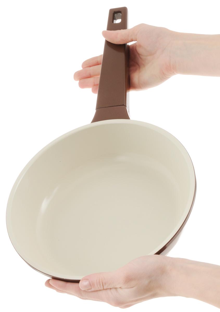 """Сковорода """"Biostal"""" выполнена из литого алюминия с многослойным керамическим покрытием Ceralon на основе натуральных компонентов швейцарского производства Ilag. Утолщенное дно изделия обеспечивает равномерное распределение тепла по всей рабочей поверхности. Ненагревающаяся эргономичная ручка из бакелита обеспечит удобный захват, превращая процесс приготовления пищи в удовольствие. Подходит для использования на газовых, электрических и стеклокерамических плитах, кроме индукционных. Можно мыть в посудомоечной машине.Диаметр сковороды: 22 см. Высота стенки: 6 см. Длина ручки: 19,5 см."""