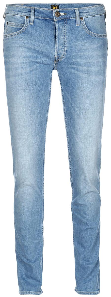 Джинсы мужские Lee, цвет: голубой. L704BCQH. Размер 30-34 (46-34)L704BCQHМодные мужские джинсы Lee - это джинсы высочайшего качества, которые прекрасно сидят. Они выполнены из высококачественного эластичного хлопка, что обеспечивает комфорт и удобство при носке. Модель немного зауженного кроя стандартной посадки станет отличным дополнением к вашему современному образу. Изделие застегивается на пуговицу в поясе и ширинку на пуговицах, а также дополнено шлевками для ремня. Джинсы имеют классический пятикарманный крой: спереди модель дополнена двумя втачными карманами и одним маленьким накладным кармашком, а сзади - двумя накладными карманами.Эти модные и в тоже время комфортные джинсы послужат отличным дополнением к вашему гардеробу.