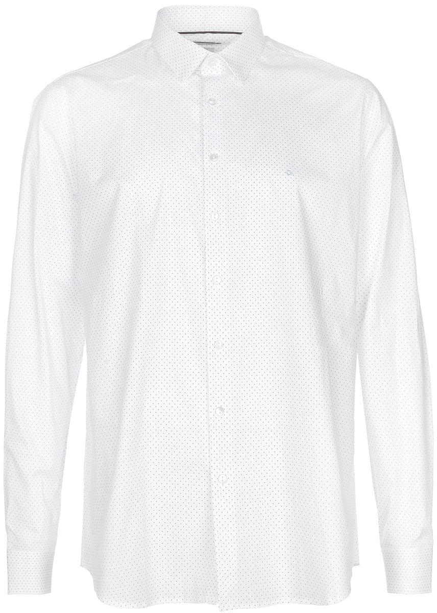 Рубашка мужская Calvin Klein Jeans, цвет: белый, синий. K3EK300255_4820. Размер 43 (54)6404127.00.10_6845Стильная мужская рубашка Calvin Klein станет прекрасным дополнением к вашему гардеробу. Она выполнена из хлопка с добавлением эластана, обладает высокой теплопроводностью, воздухопроницаемостью и гигроскопичностью, позволяет коже дышать, тем самым обеспечивая наибольший комфорт при носке даже жарким летом. Модель приталенного кроя с длинными рукавами и отложным воротником застегивается на пуговицы. Края рукавов дополнены манжетами на пуговицах. На груди рубашка декорирована небольшим вышитым логотипом бренда. Модель оформлена принтом в мелкий горох.Такая рубашка будет дарить вам комфорт и уверенность в течение всего дня.