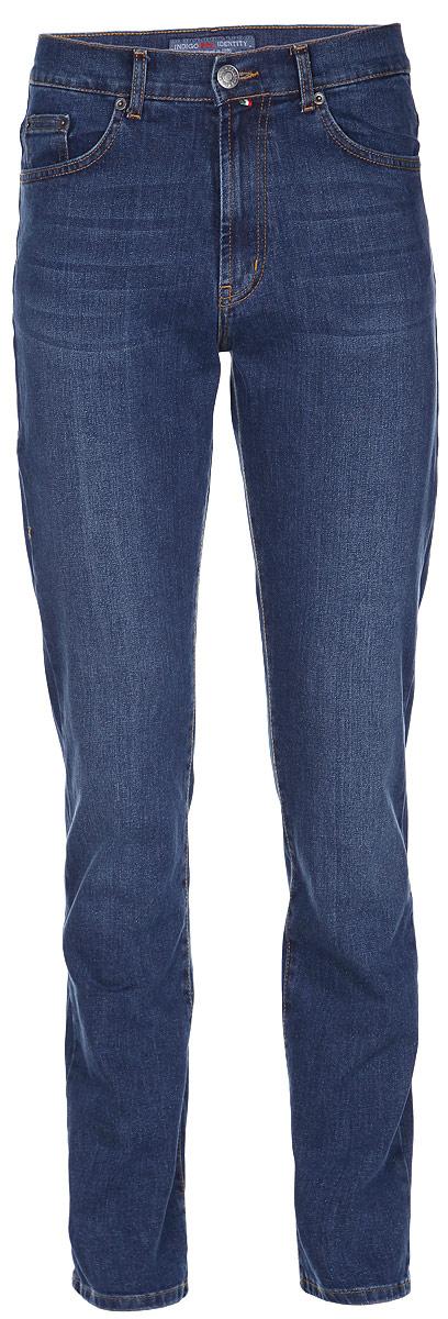 Джинсы мужские F5, цвет: синий. 160115_0965. Размер 32-32 (48-32)160115_0965_BlueСтильные мужские джинсы F5 - джинсы высочайшего качества на каждый день, которые прекрасно сидят.Модель классического кроя и средней посадки изготовлена из высококачественного хлопка с добавлением эластана. Застегиваются джинсы на пуговицу в поясе и ширинку на молнии, имеются шлевки для ремня. Спереди модель дополнена двумя втачными карманами и одним небольшим секретным кармашком, а сзади - двумя накладными карманами. Изделие оформлено контрастной строчкой и нашивкой с тиснением в виде символики бренда.Эти модные и в тоже время комфортные джинсы послужат отличным дополнением к вашему гардеробу. В них вы всегда будете чувствовать себя уютно и комфортно.