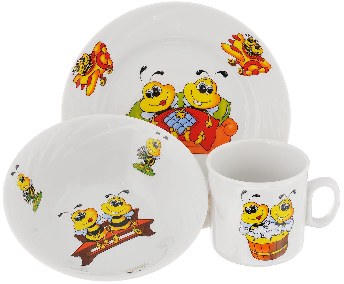 Набор посуды Идиллия. Пчелы, 3 предмета4С0467Набор посуды Идиллия. Пчелы состоит из кружки, десертной тарелки и салатника. Изделия выполнены из высококачественного фарфора, украшенного красочным рисунком. Набор посуды Идиллия. Пчелы прекрасно подойдет для вашего ребенка. В нем есть вся необходимая посуда для завтраков, обедов и ужинов. Красивый дизайн порадует малыша и превратит прием пищи в веселое занятие.Объем салатника: 360 мл.Диаметр салатника (по верхнему краю): 14,5 см.Высота салатника: 5 см.Диаметр тарелки (по верхнему краю): 17,5 см.Высота тарелки: 2 см.Объем кружки: 200 мл.Диаметр кружки (по верхнему краю): 7,2 см.Высота кружки: 7,5 см.